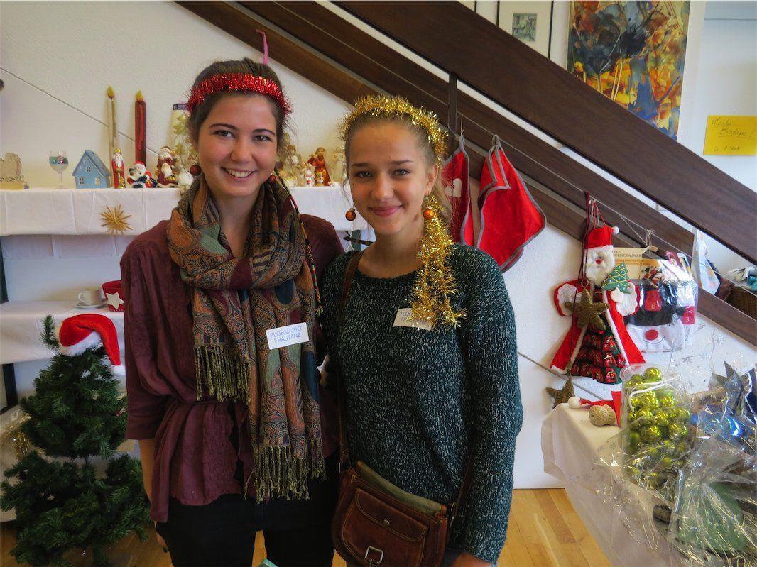 Eva und Raphaela bemühten sich sehr, dass ihr Stand, der aus Weihnachts- und Osterschmuck bestand, besonders schön aussah.