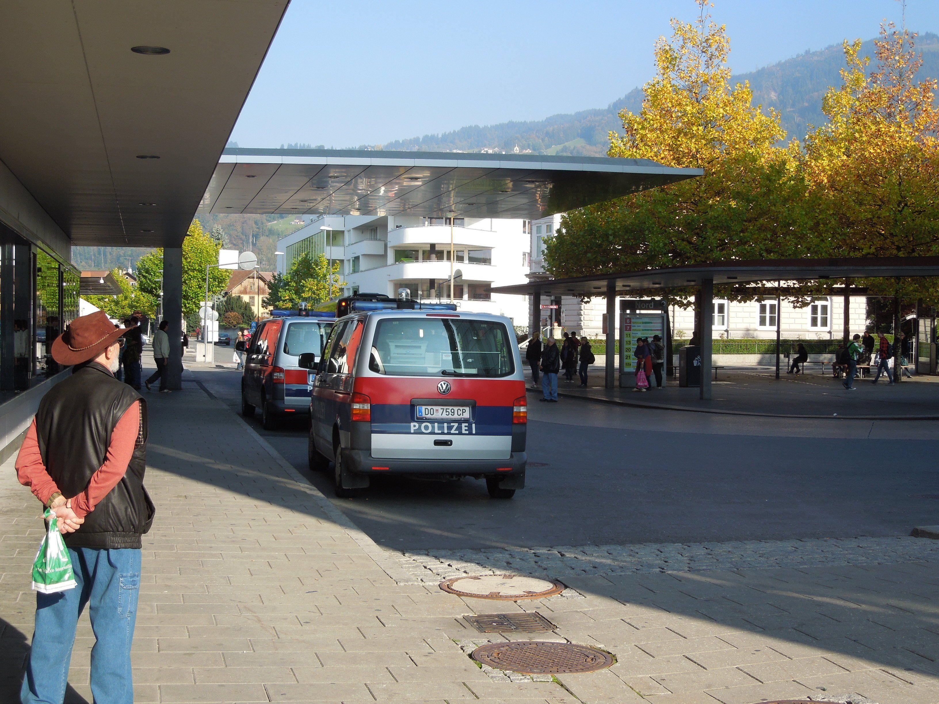 Kein ungewohntes Bild auf dem Bahnhofsgelände in Dornbirn: Einsatzwagen der Polizei, die hier öfters einschreiten muss.