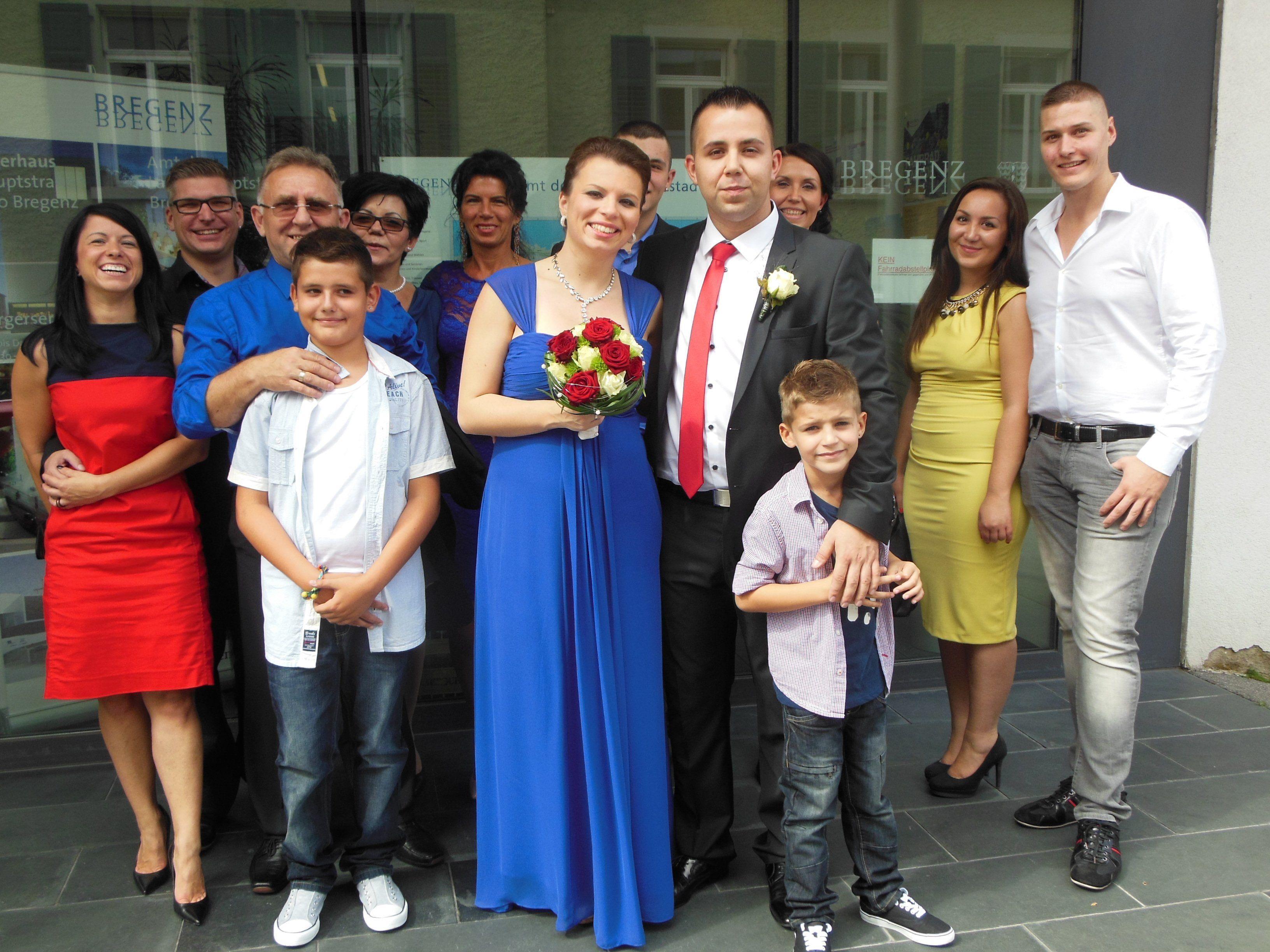 Das glückliche Paar mit den Trauzeugen und den Hochzeitsgästen.
