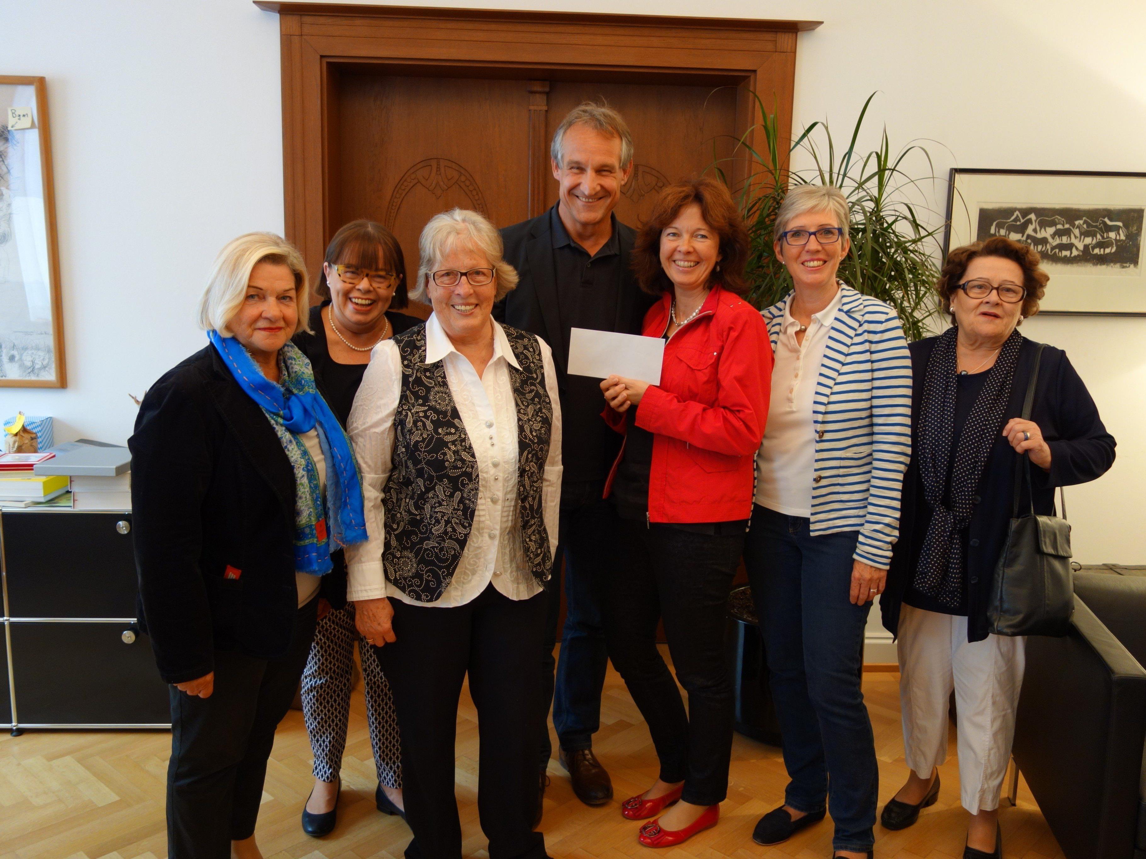 GUTA Vorstand bei der Spendenübergabe an Bürgermeister Markus Linhart im Rathaus