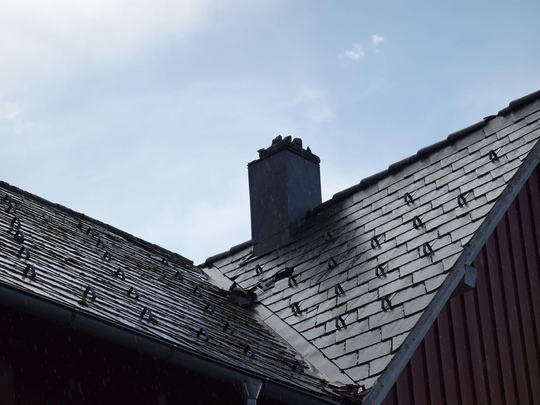 Beschädigtes Kamin nach Blitzeinschlag