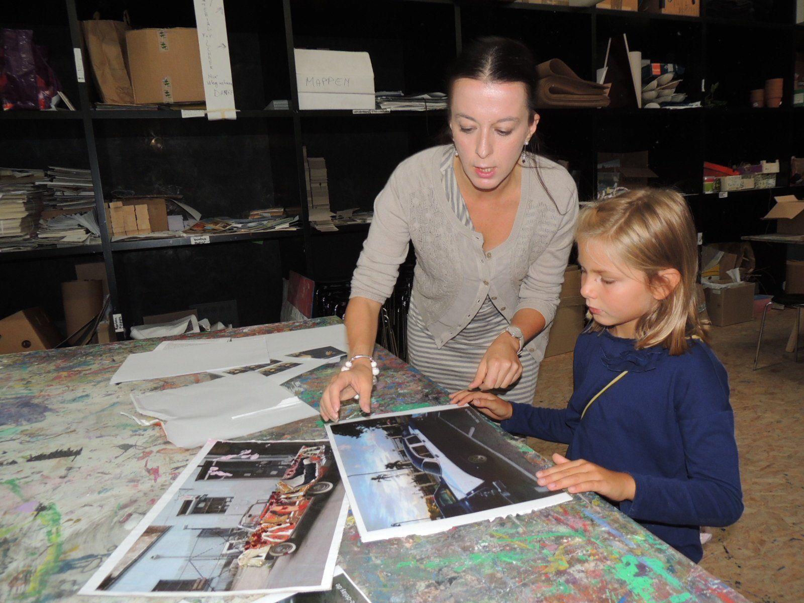 Kunstvermittlerin Gaia  steht den Kindern hilfreich zur Seite