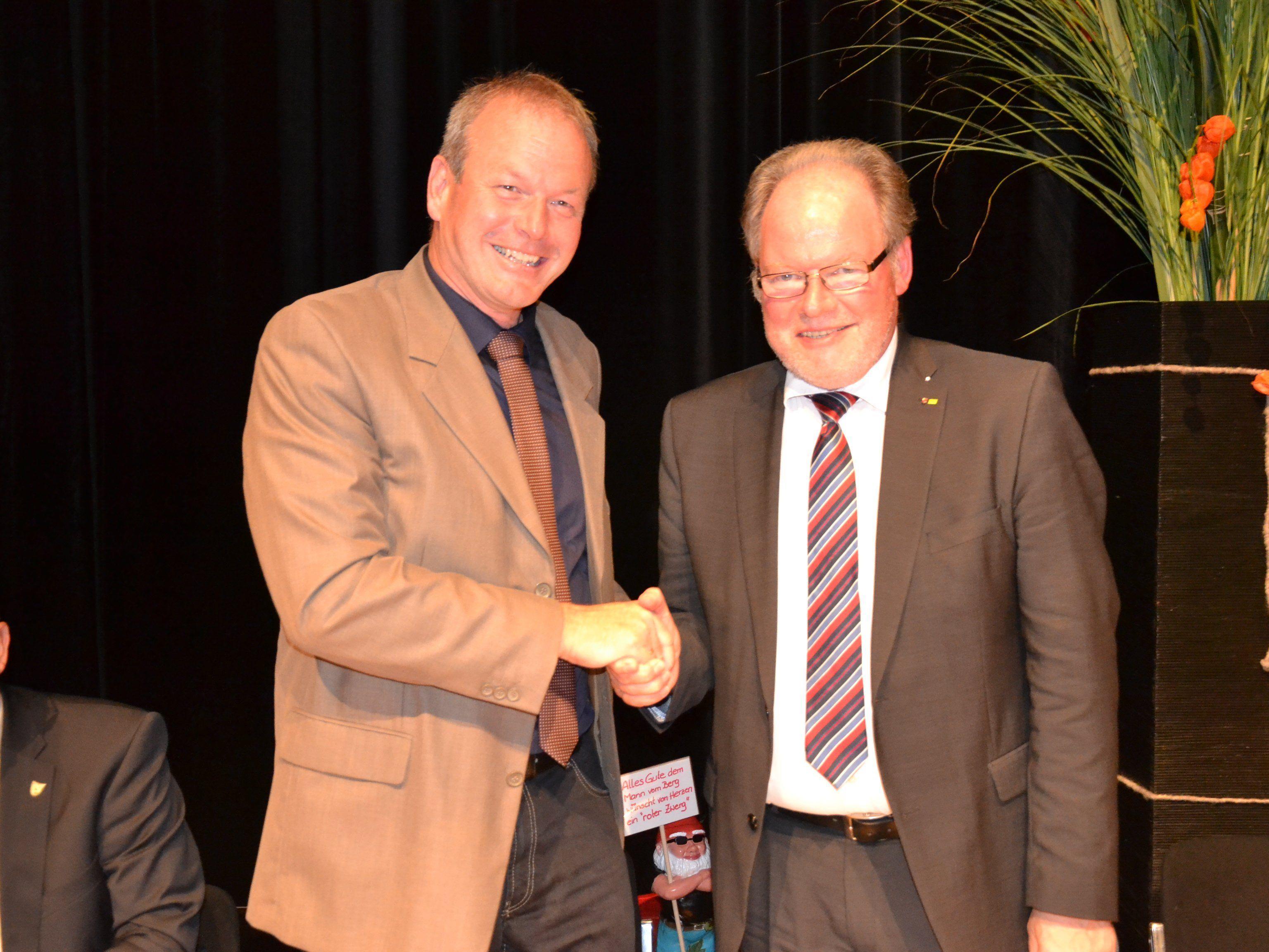 Werner Huber übergibt sein Amt an den neuen Götzner Bürgermeister Christian Loacker