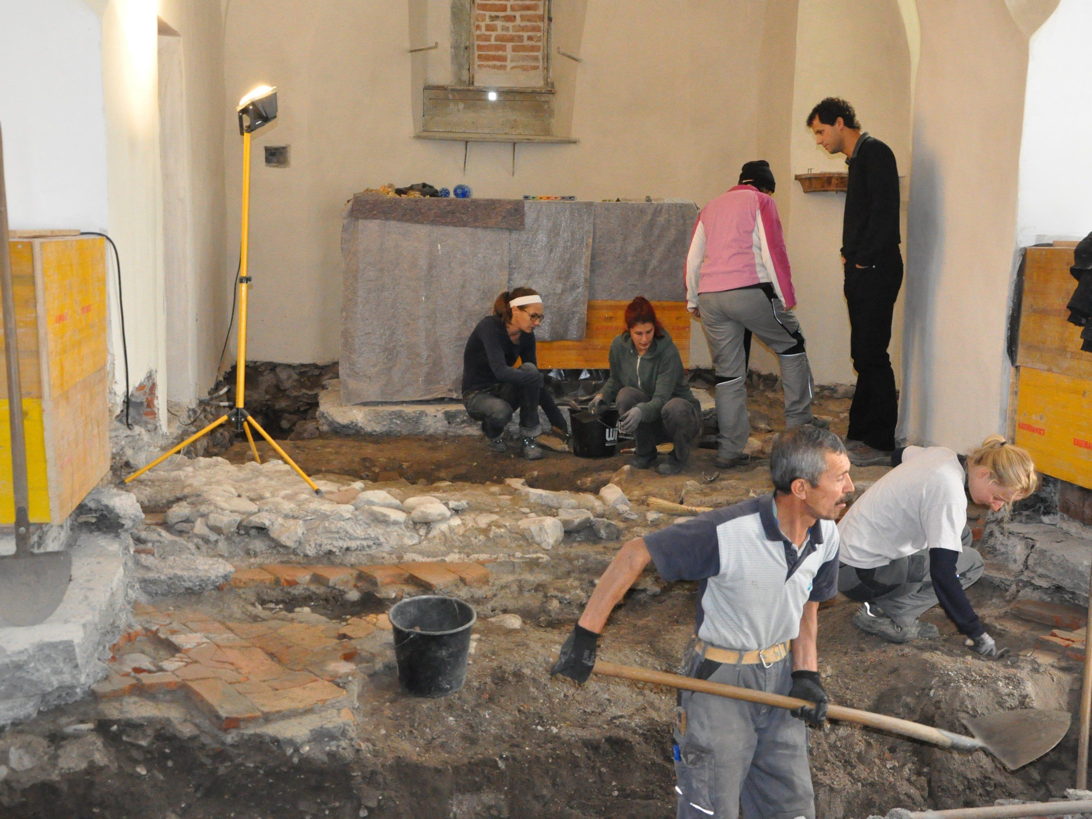 Die Grabungen in der Rankweiler St. eter Kirche sind seit einer Woche im Gange.