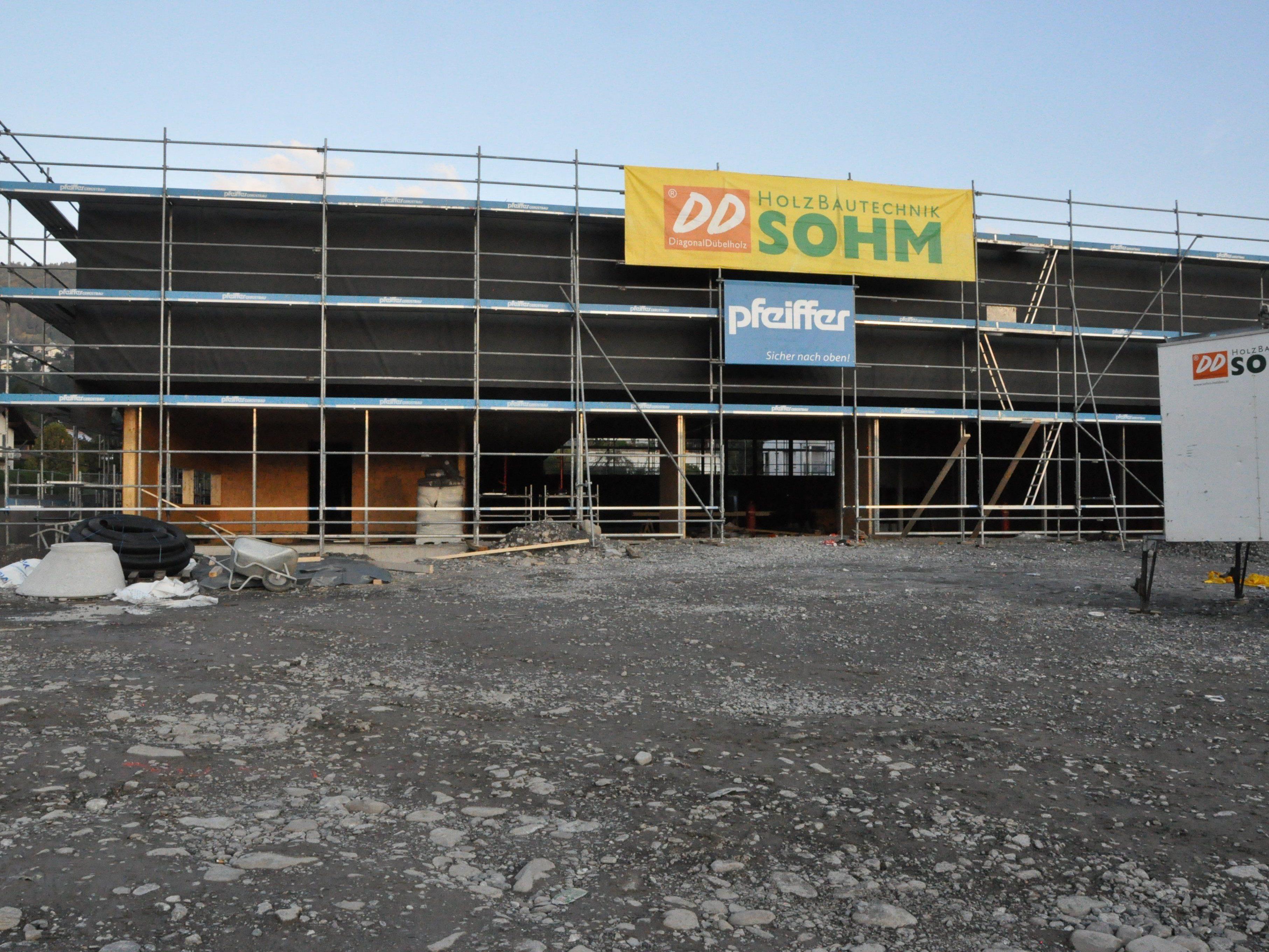 Der Rohbau des neuen Sutterlüty Marktes in Rankweil steht.