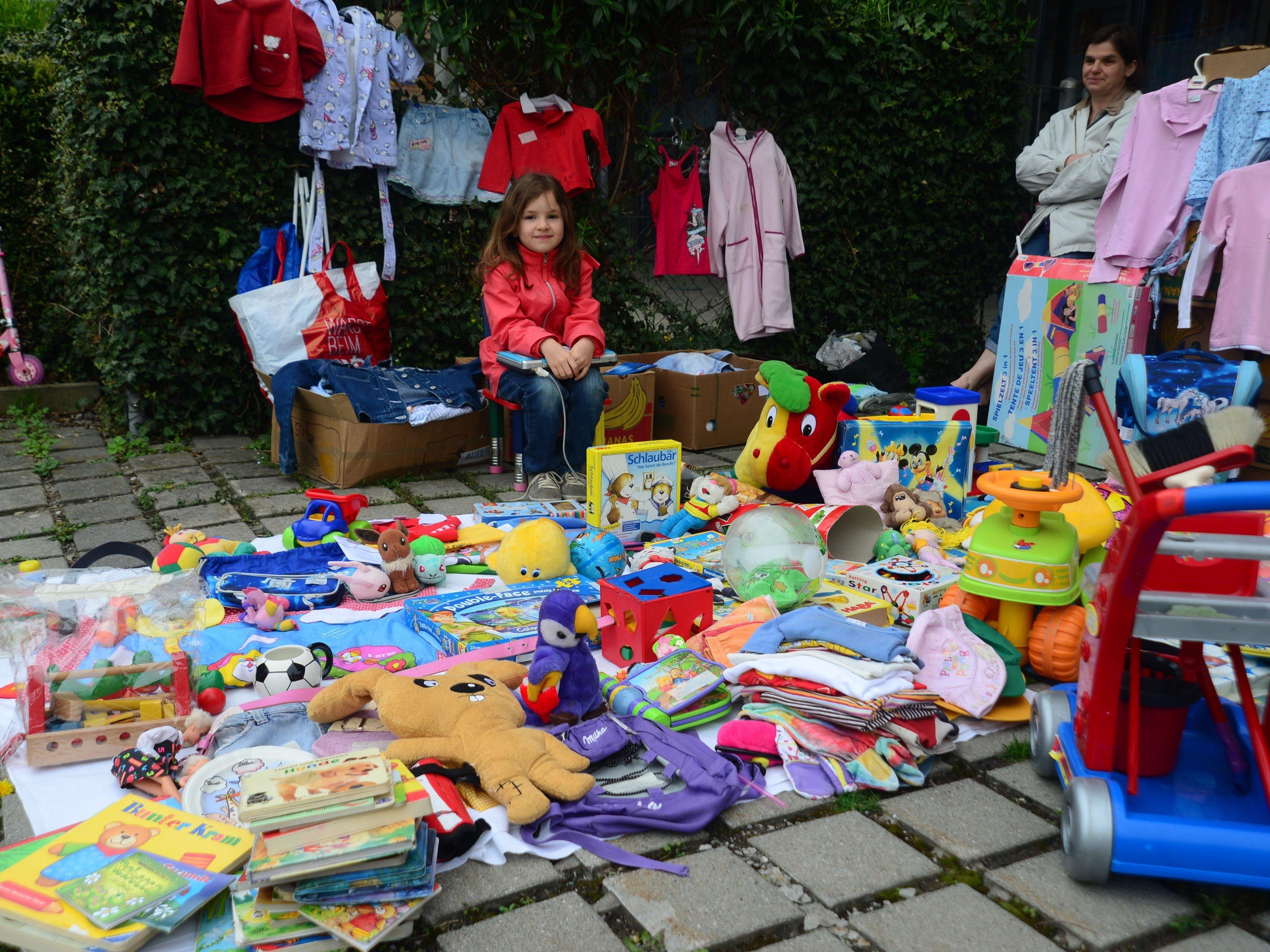 """Beim Kinder-Flohmarkt spielen die Kleinen echt """"Verkäuferlis""""."""