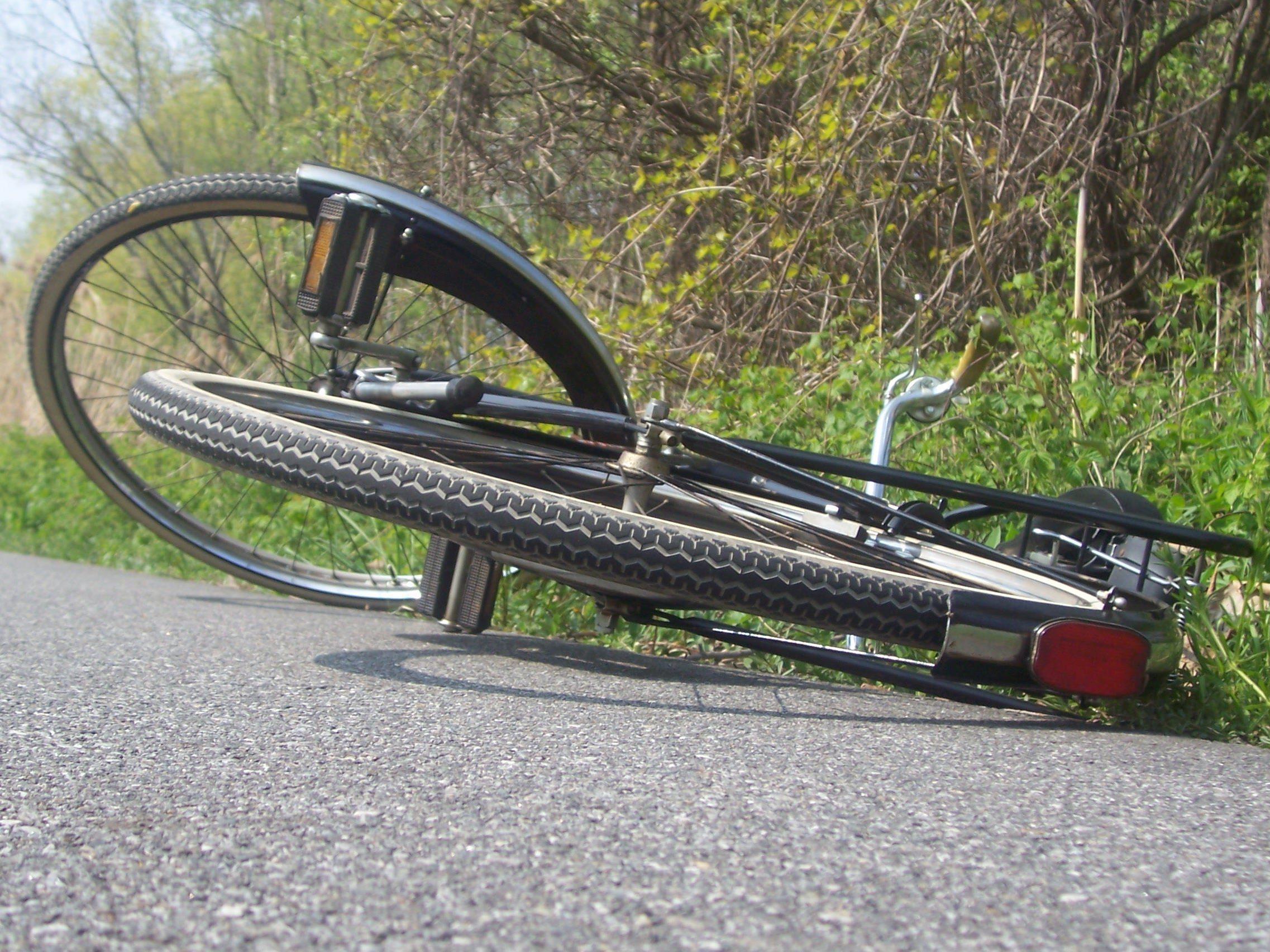Fahrradfahrerin von Pkw gestreift und gestürzt - Zeugen gesucht.