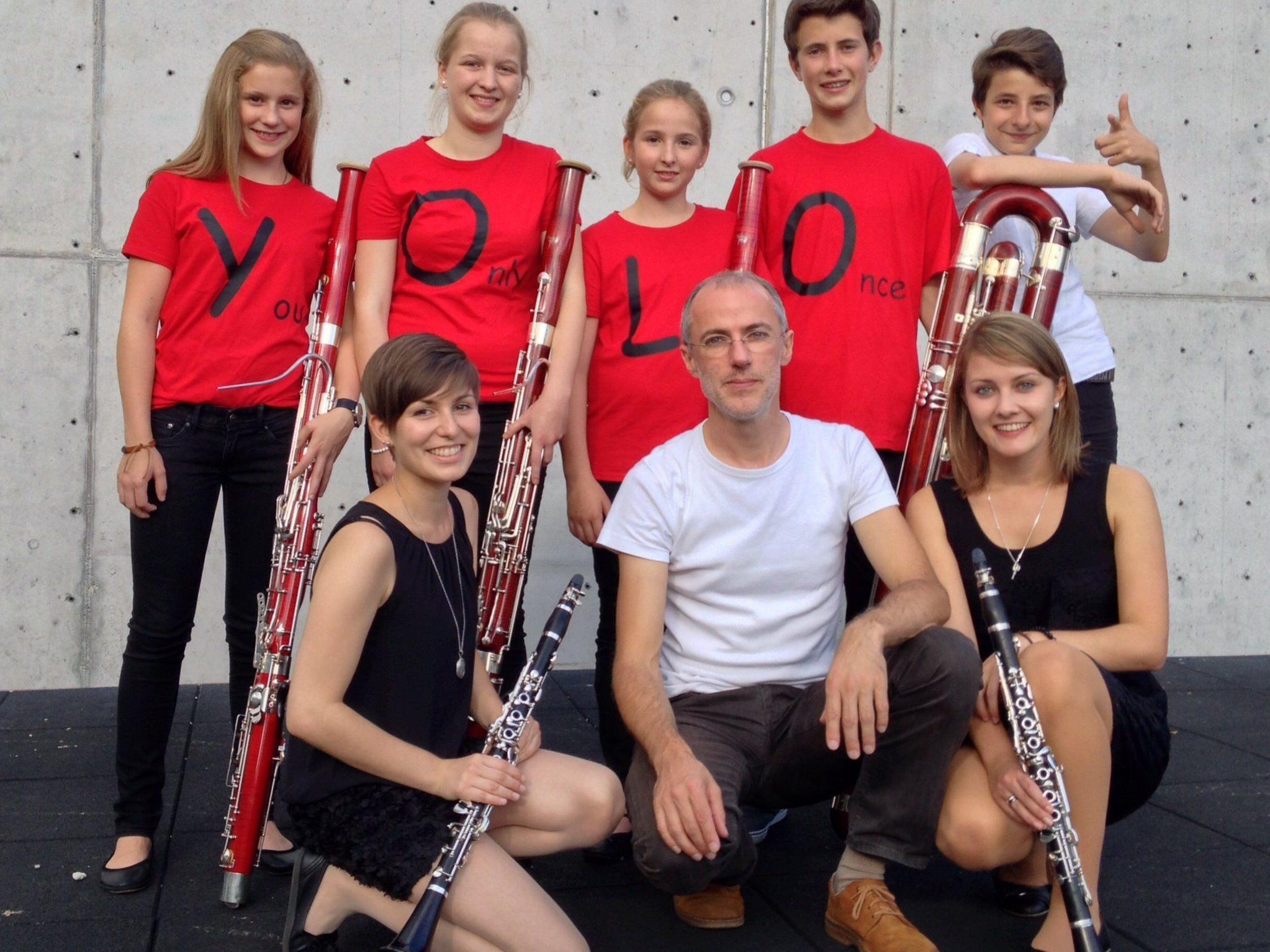 Die erfolgreichen Bregenzerwälder Teilnehmer mit Musiklehrer Gilbert Hirtz.
