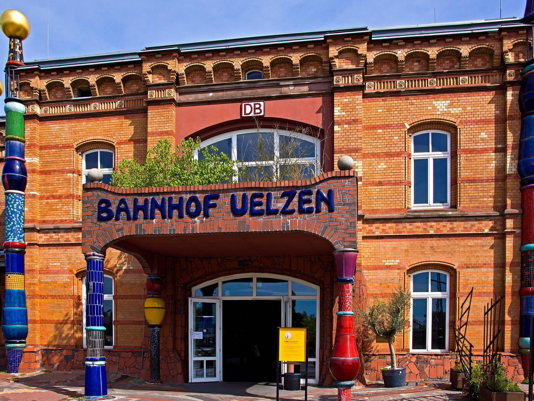 In Uelzen steht der einzige Hundertwasser-Bahnhof der Welt.