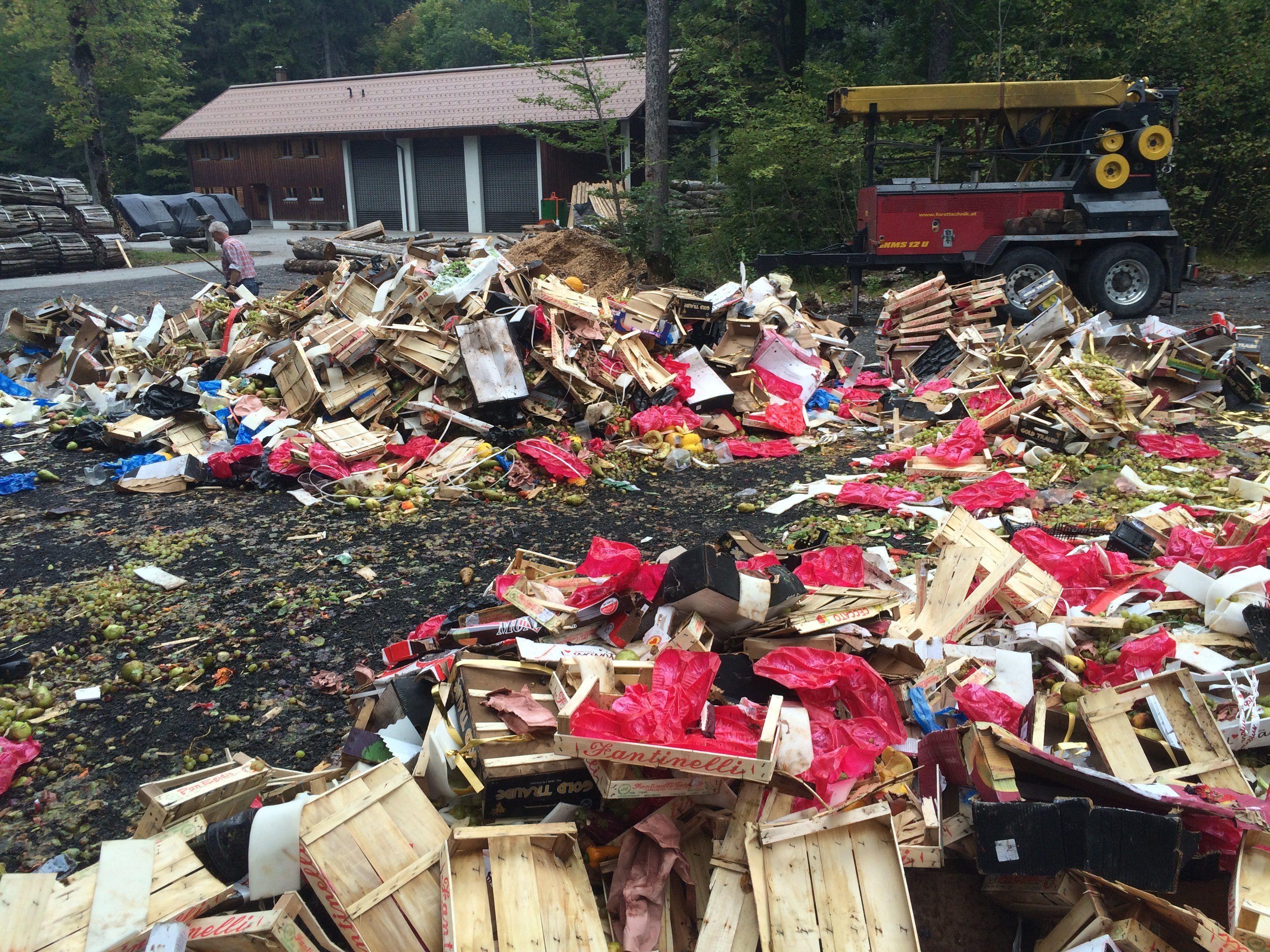Einige Kisten voll konnten die Helfer von Elmar Stüttler noch retten.