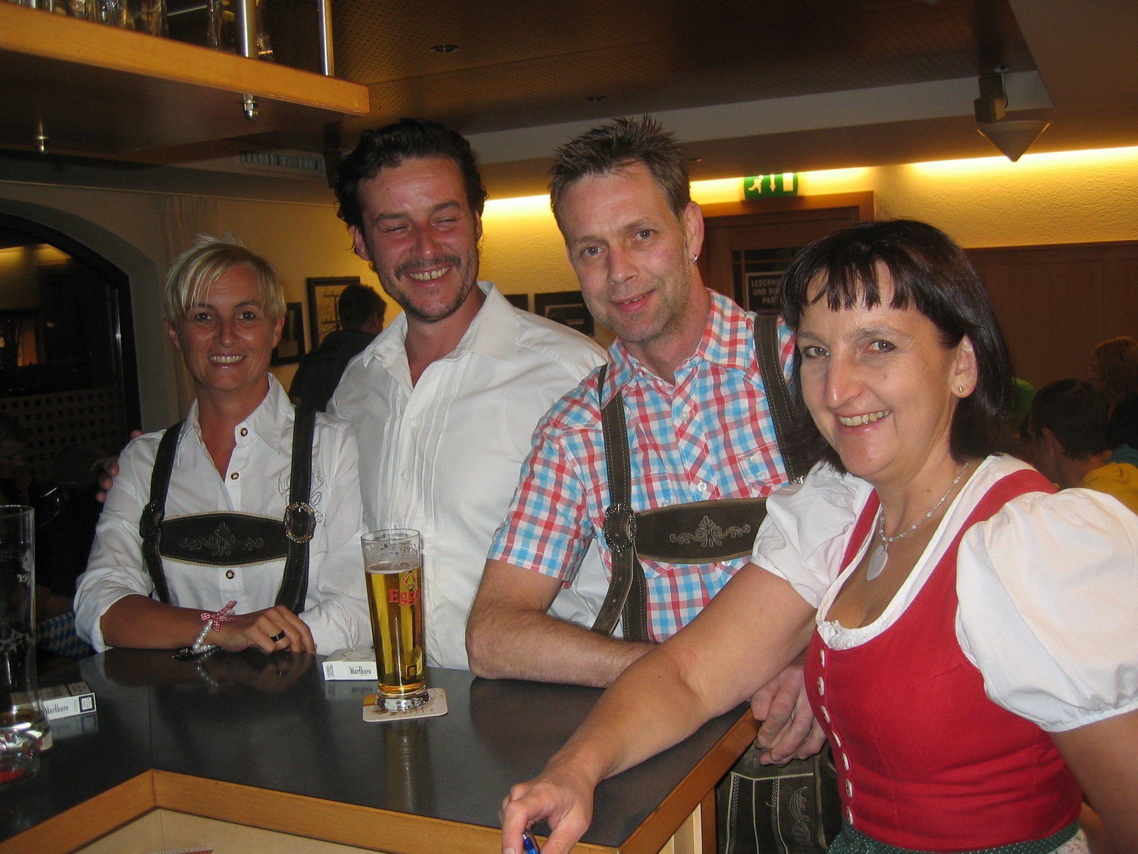 Carla Behmann (rechts) mit einigen ihrer treuen Stammgästen