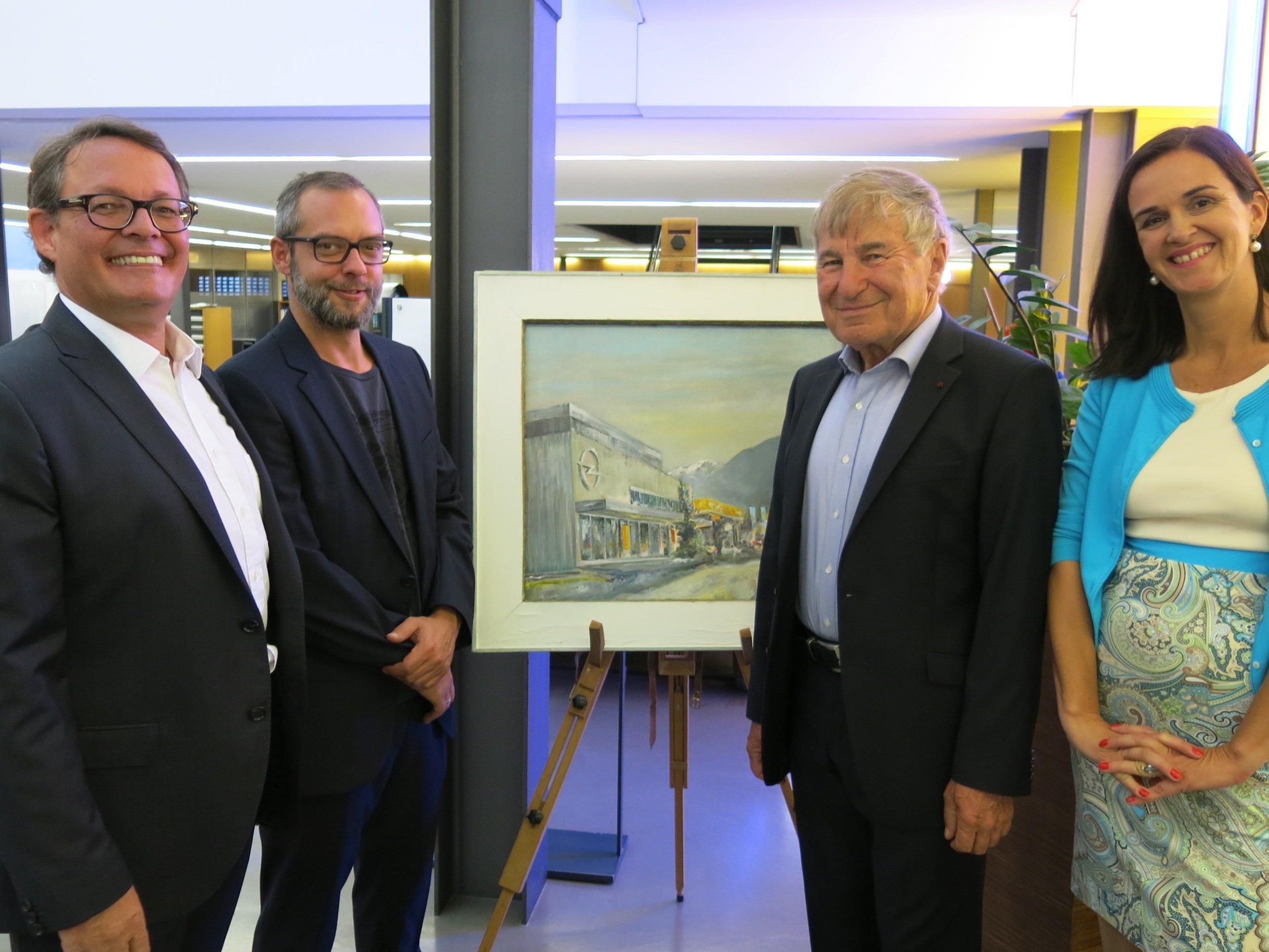 Die Ausstellungsräumen von Opel Gerster bieten einen exklusiven Rahmen für die Bilder von Prof. Gerhard Winkler. Mit Christoph und Sabine Gerster und Lothar Baumgarnter