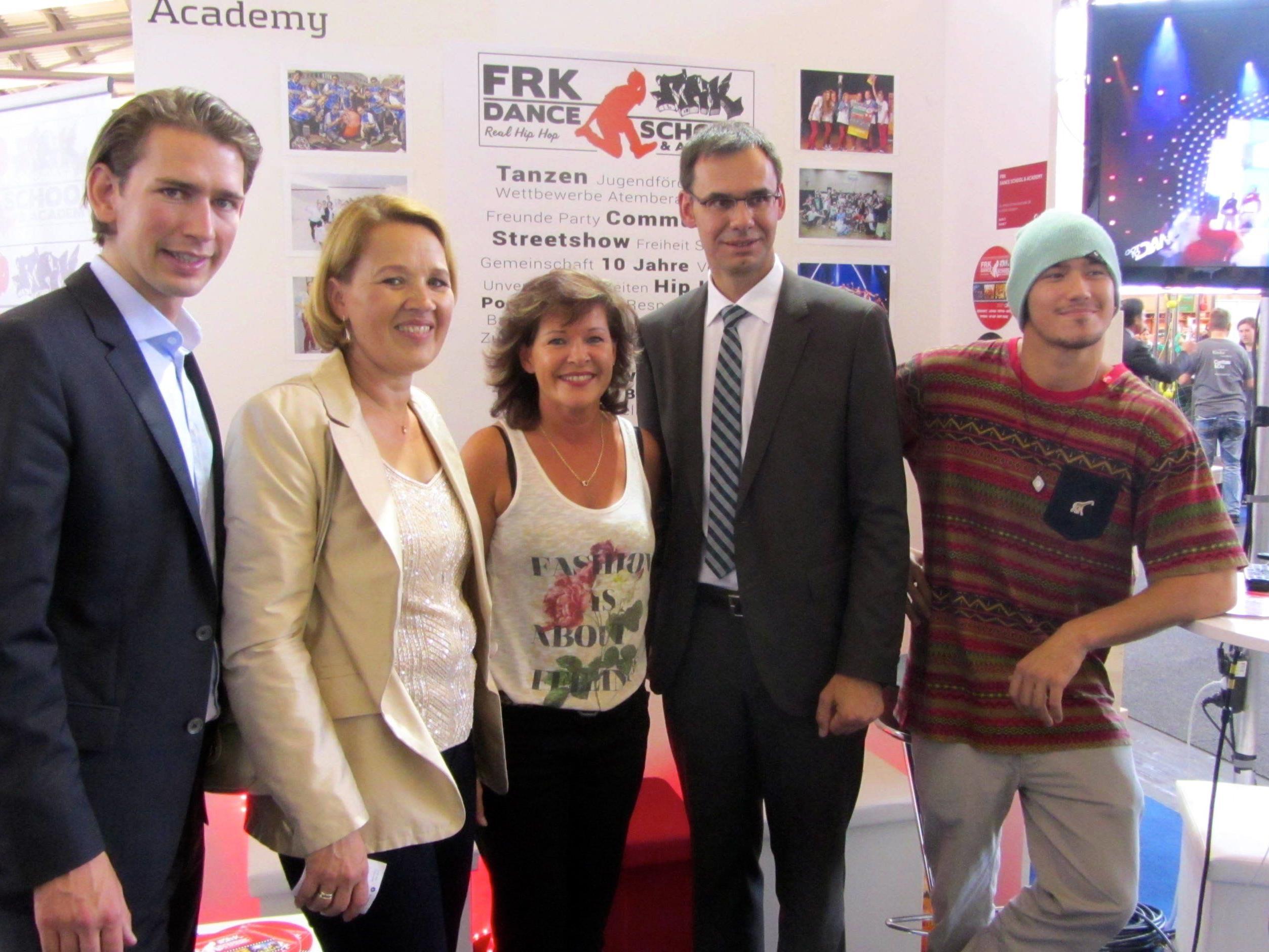 Hoher Besuch beim Messestand der FRK Dance School Dornbirn - Außenminister Sebastian Kurz, Bgm. Andrea Kaufmann, Ingeborg Peter (FRK), Landeshauptmann Wallner, Parick Gutensohn (FRK).