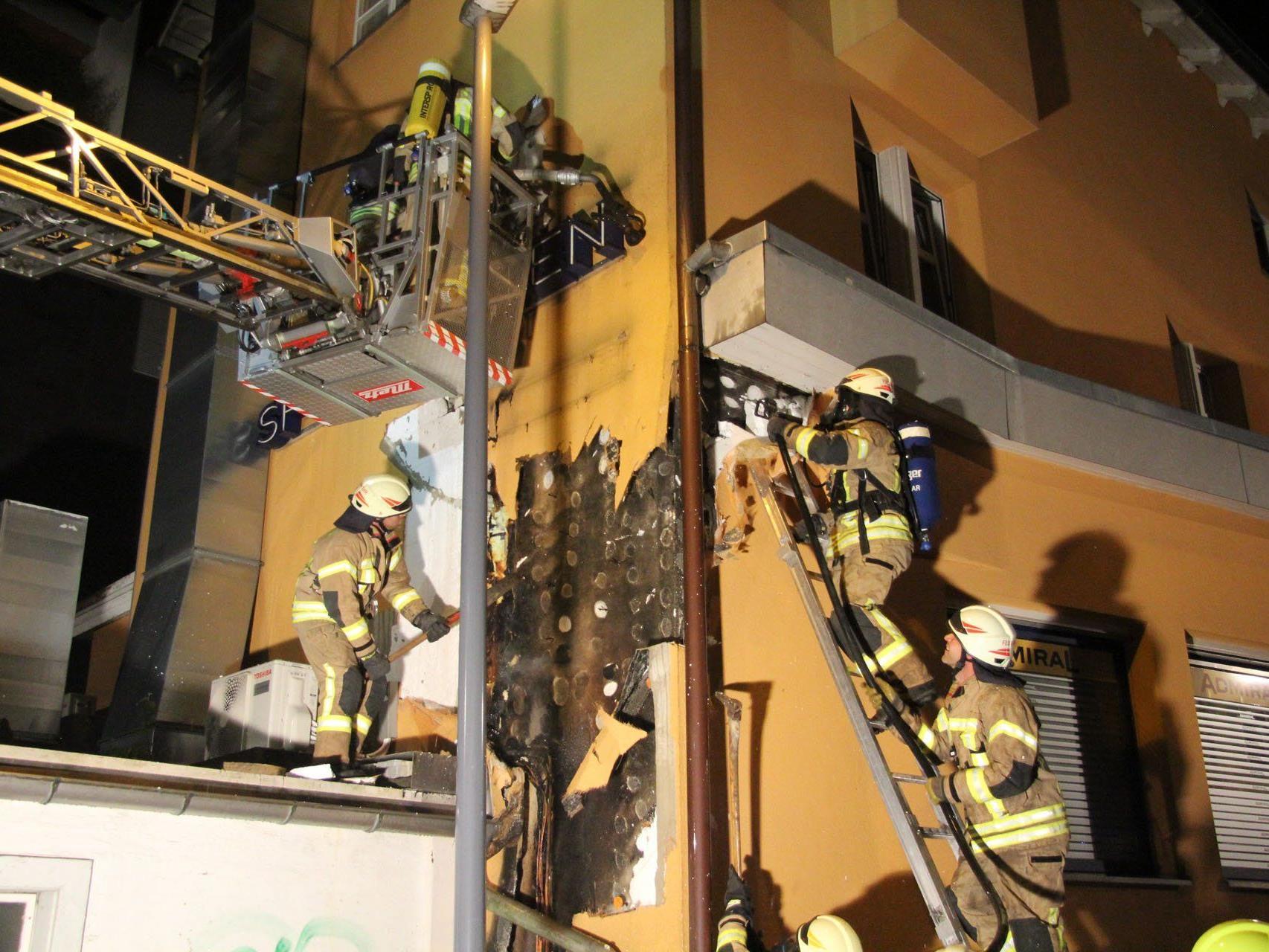 Auf der Suche nach Glutnestern öffneten die Feuerwehrleute die Fassade.
