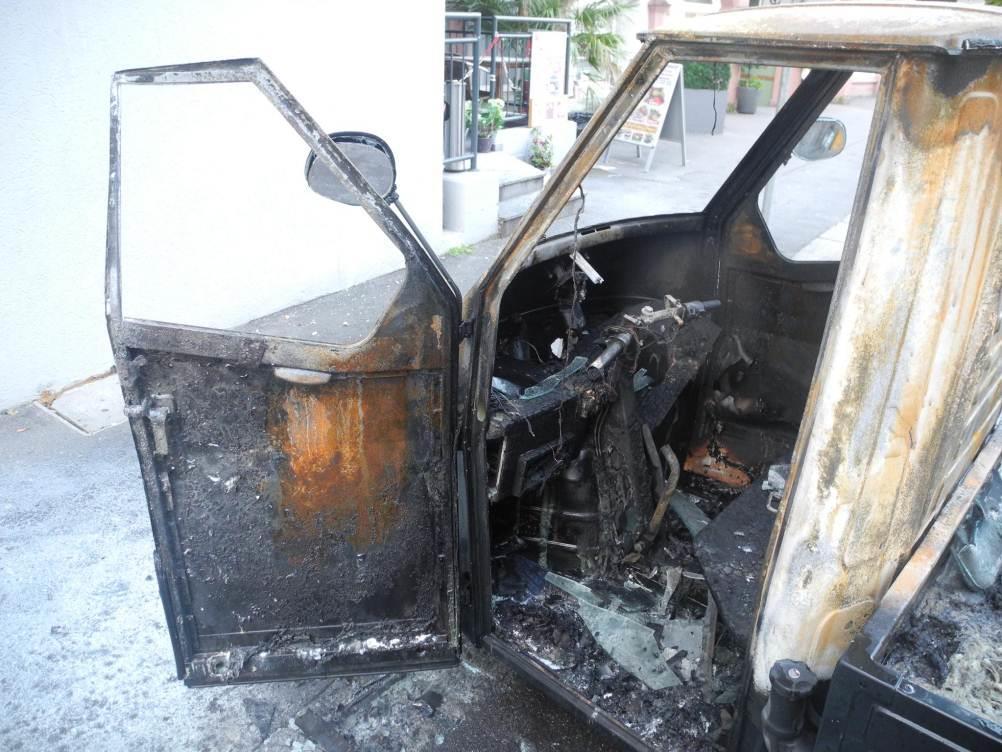Unbekannte Täter zündeten in der Nacht auf Donnerstag ein Moped-Auto in der Kasper-Hagenstraße, Bregenz an.