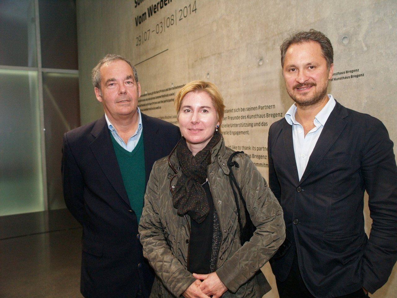 Künstlerin Miriam Prantl mit dem Kurator Rudolf Sagmeister und Direktor Yilmaz Dziewior bei der Vernissage im Kunsthaus Bregenz.