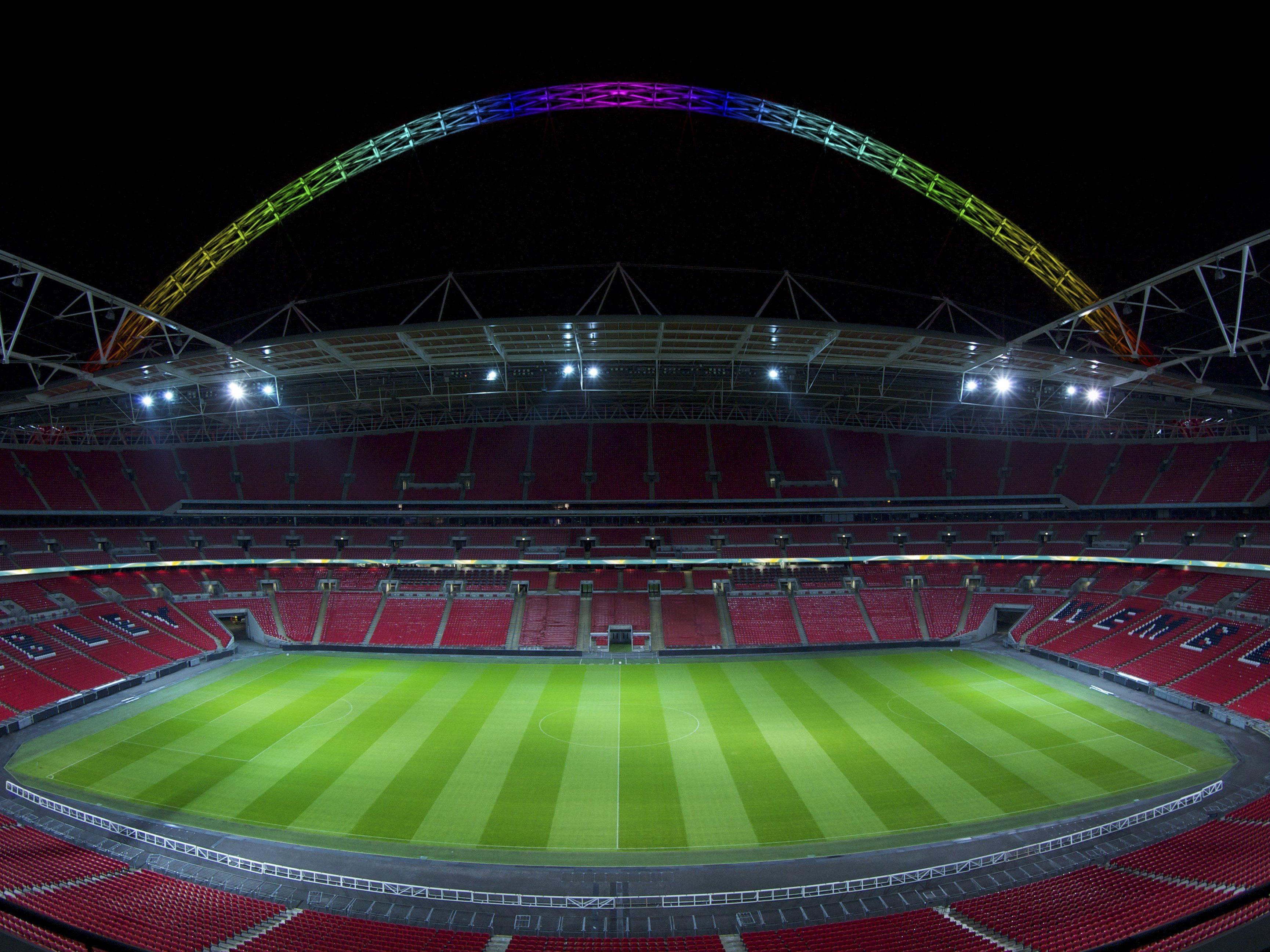 Der Wembley-Bogen mit farbiger LED Beleuchtung von Thorn Lighting.