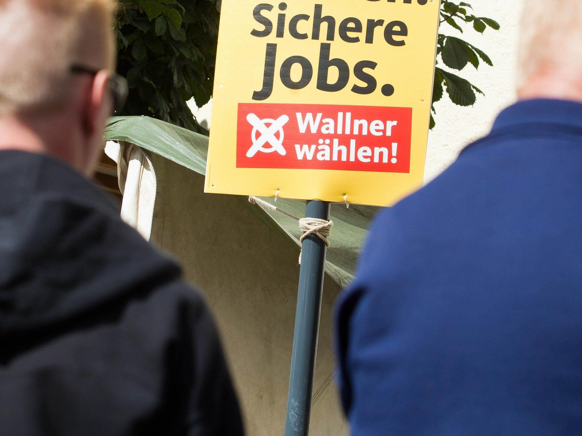 """Asylwerber Teilen im Rahmen von """"Nachbarschaftshilfe"""" Werbematerial aus."""