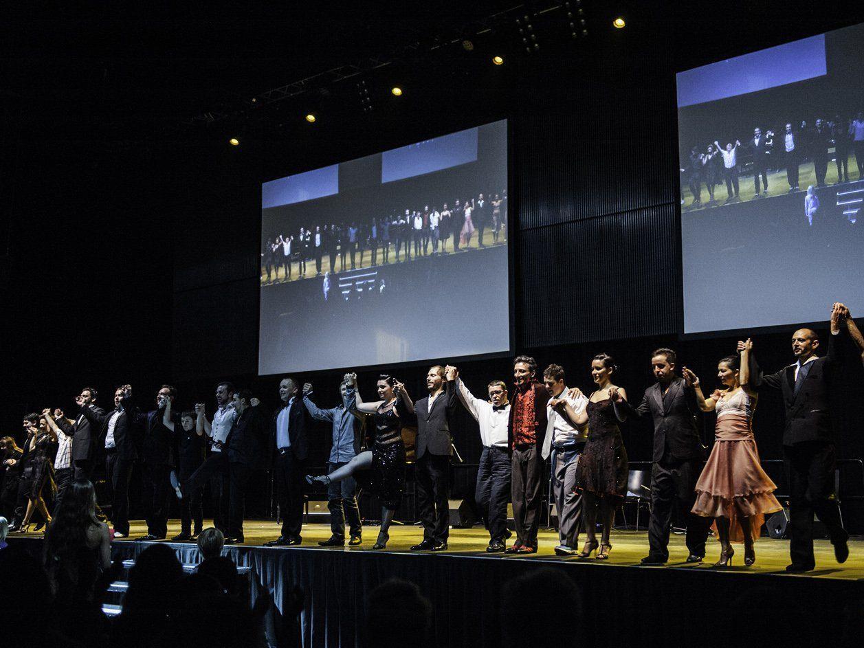 Tangomusiker und -tänzer und Menschen mit Behinderung waren zum Abschluss auf der Bühne.