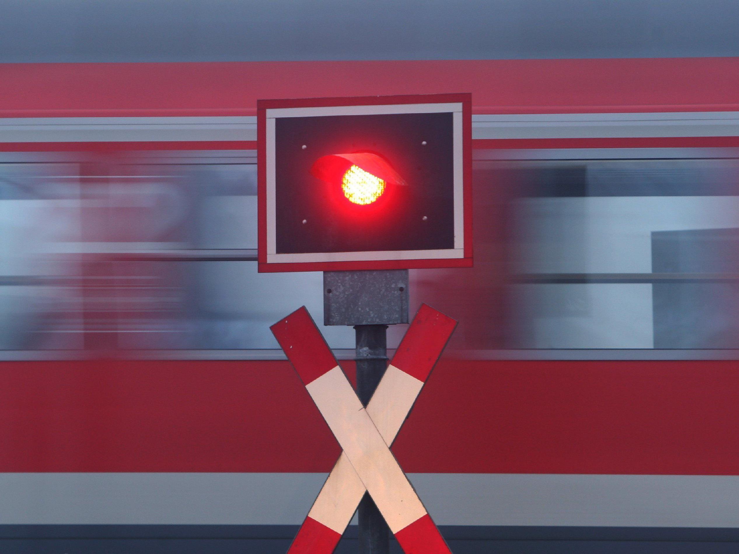 Heruntergelassene Schranke bei Bahnübergang umfahren.