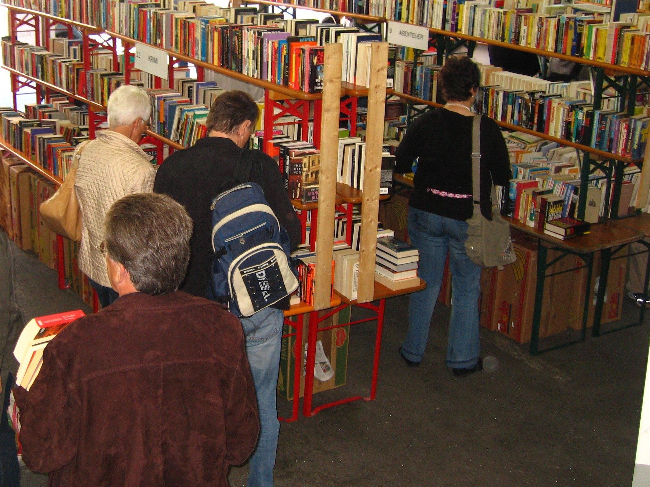 Freude mit Büchern beim großen Basar am Wochenende.