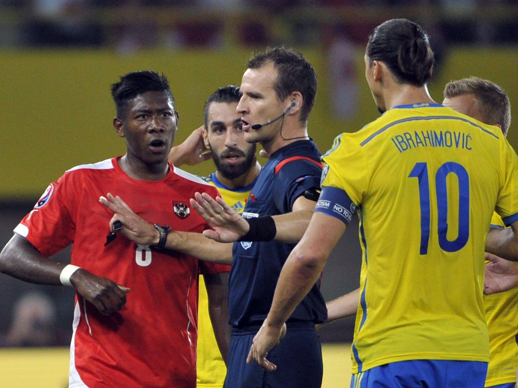 Schweden-Star Ibrahimovic hatte nach einem Ellbogencheck gegen Alaba Glück, nicht die Rote Karte zu sehen.