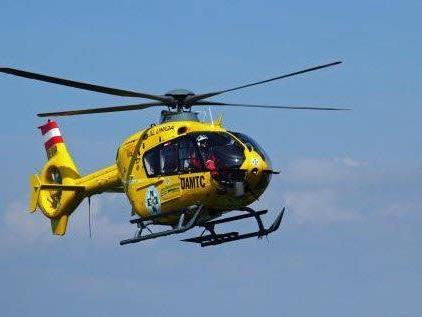 """Der verletzte Motorradlenker wurde mit dem Hubschrauber """"C8"""" ins LKH Feldkirch geflogen."""
