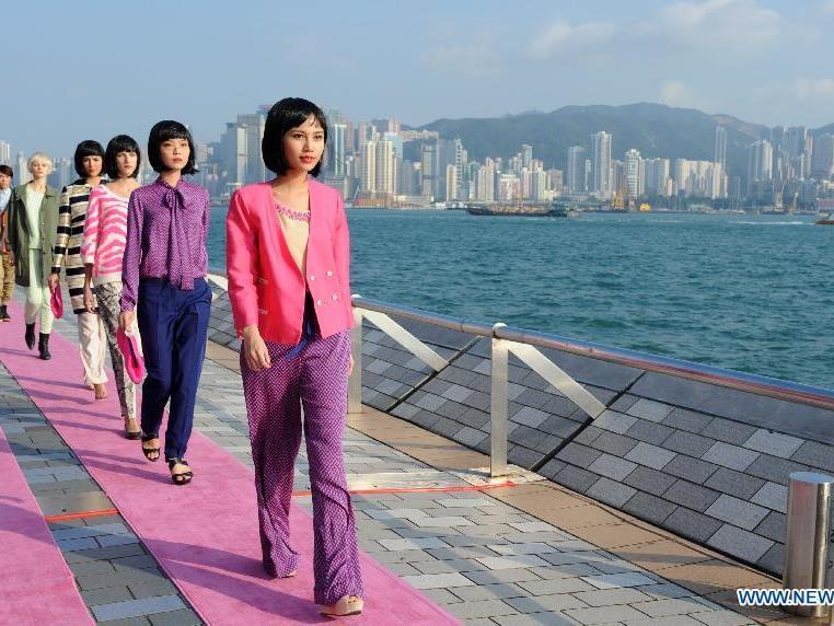 Derzeit hat Hongkong den Rekord mit dem weltweit längsten Laufsteg (3,2 Kilometer) inne.