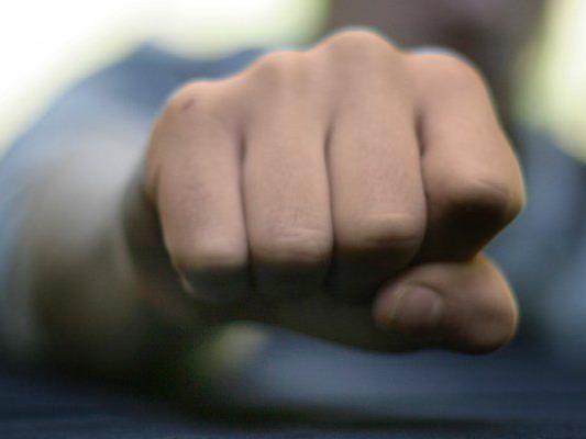 Schuldner soll Gläubiger mit Faustschlag schwer verletzt haben.