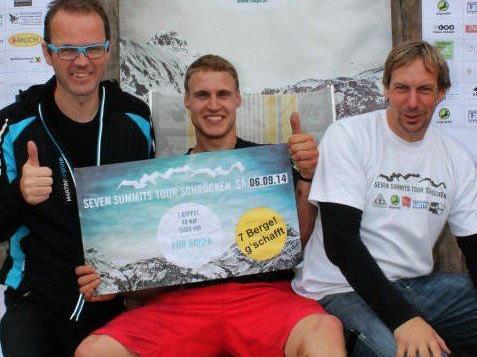 Jedes Jahr um drei Stunden schneller: Patrik Marinelli (mit Eric Leitner und Jürgen Strolz), erster Teilnehmer im Ziel.