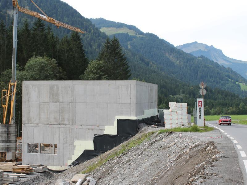 Noch vor Wintereinbruch soll in Schoppernau der neue Stützpunkt des Straßenbauamts in Betrieb gehen.