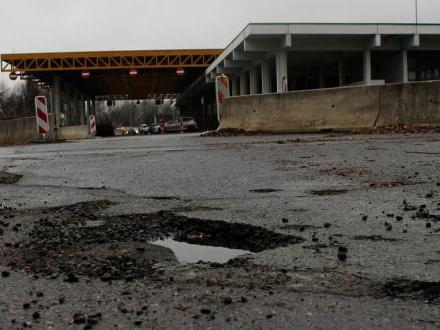 Die Trostlosigkeit am ehemaligen Autobahnzollamt könnte nach dem Umwidmungsbeschluss der Gemeinde endlich ein Ende haben.