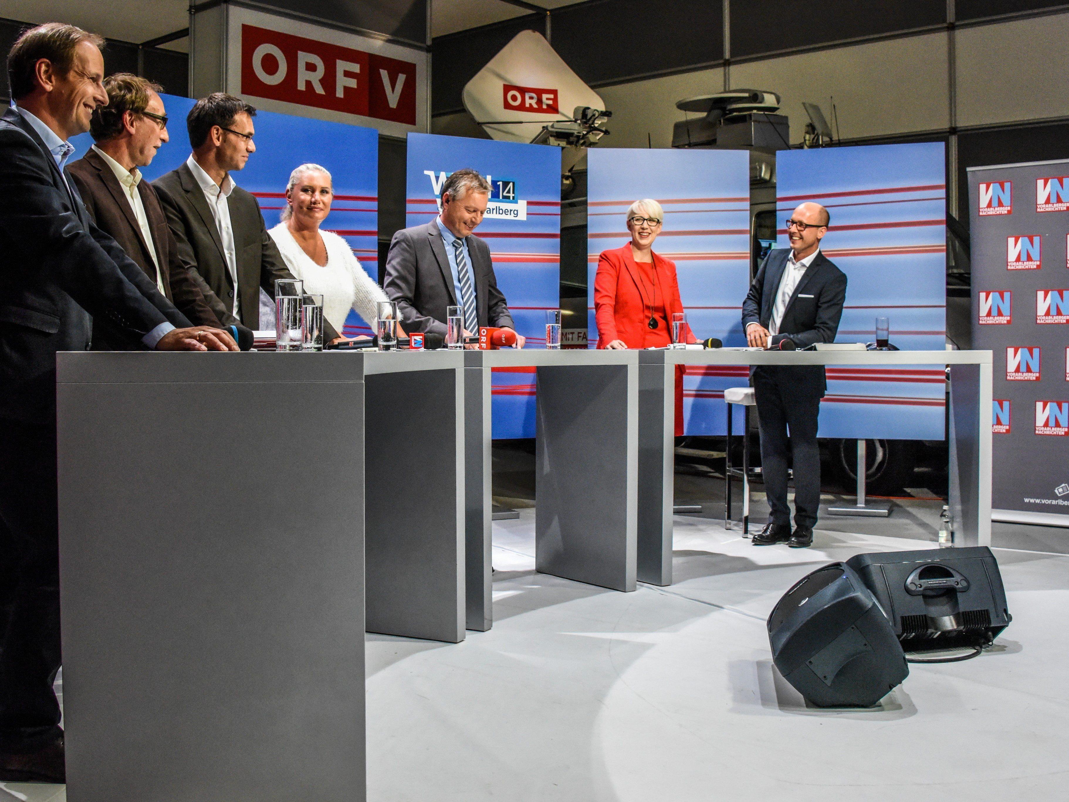 Die Kandidaten zur Landtagswahl Vorarlberg mit dem Moderatorenduo.