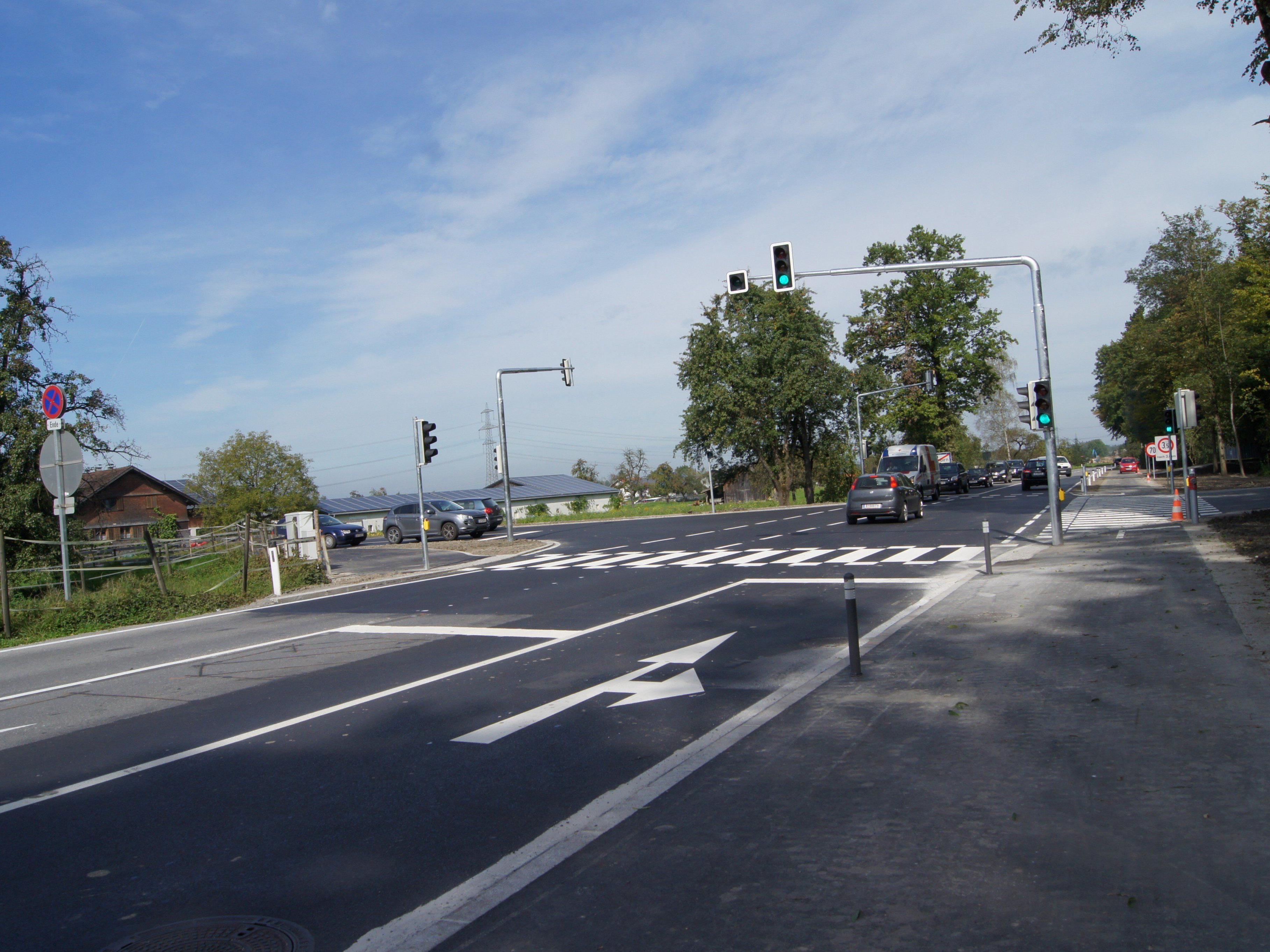 Die Kreuzung an der Höchster-Straße/Josef-Ganahl-Straße wird nun durch eine Ampel geregelt.