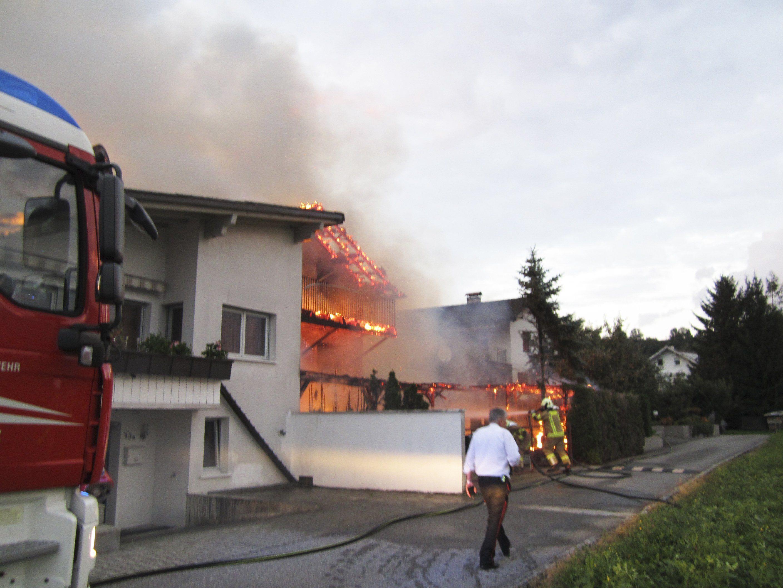 Vom Carport griffen die Flammen auf das Haus über.