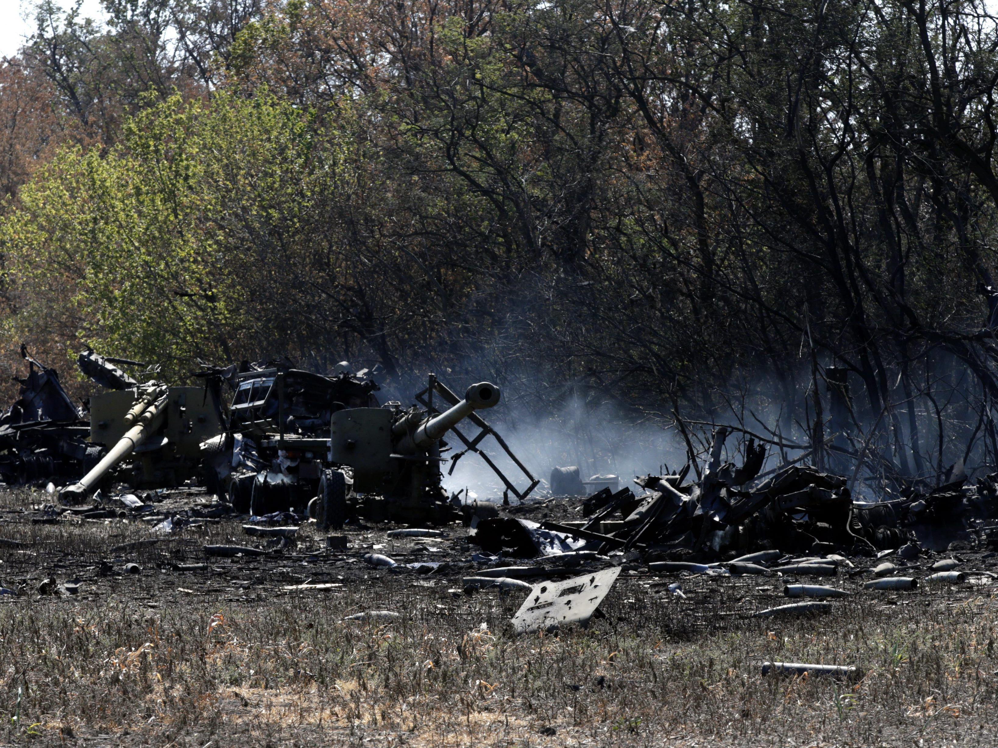 Zerstörte Haubitzen der ukrainischen Armee vor Mariupol.