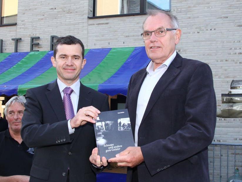 Bürgermeister Martin Summer und Alt-Bürgermeister Hans Kohler sind mit dem Exemplar hochzufrieden.