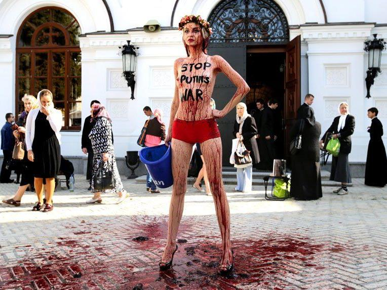 Femen-Aktivistin protestiert in Kiew gegen Putin.