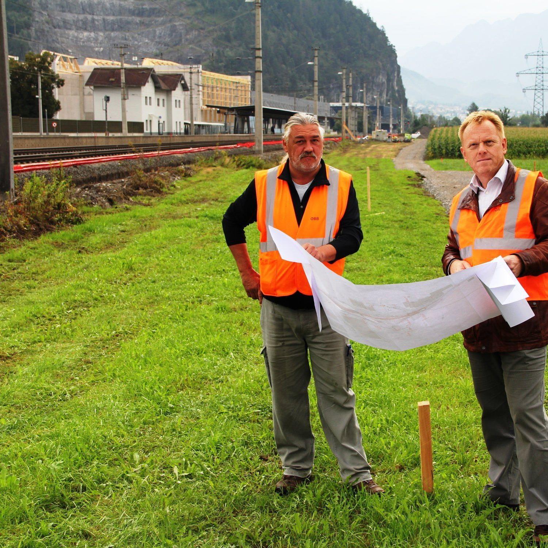 Von links: Harry Miko und ÖBB-Projektleiter Karl Hartleitner mit Planunterlagen auf dem Platz, wo die neuen Gütergleise entstehen