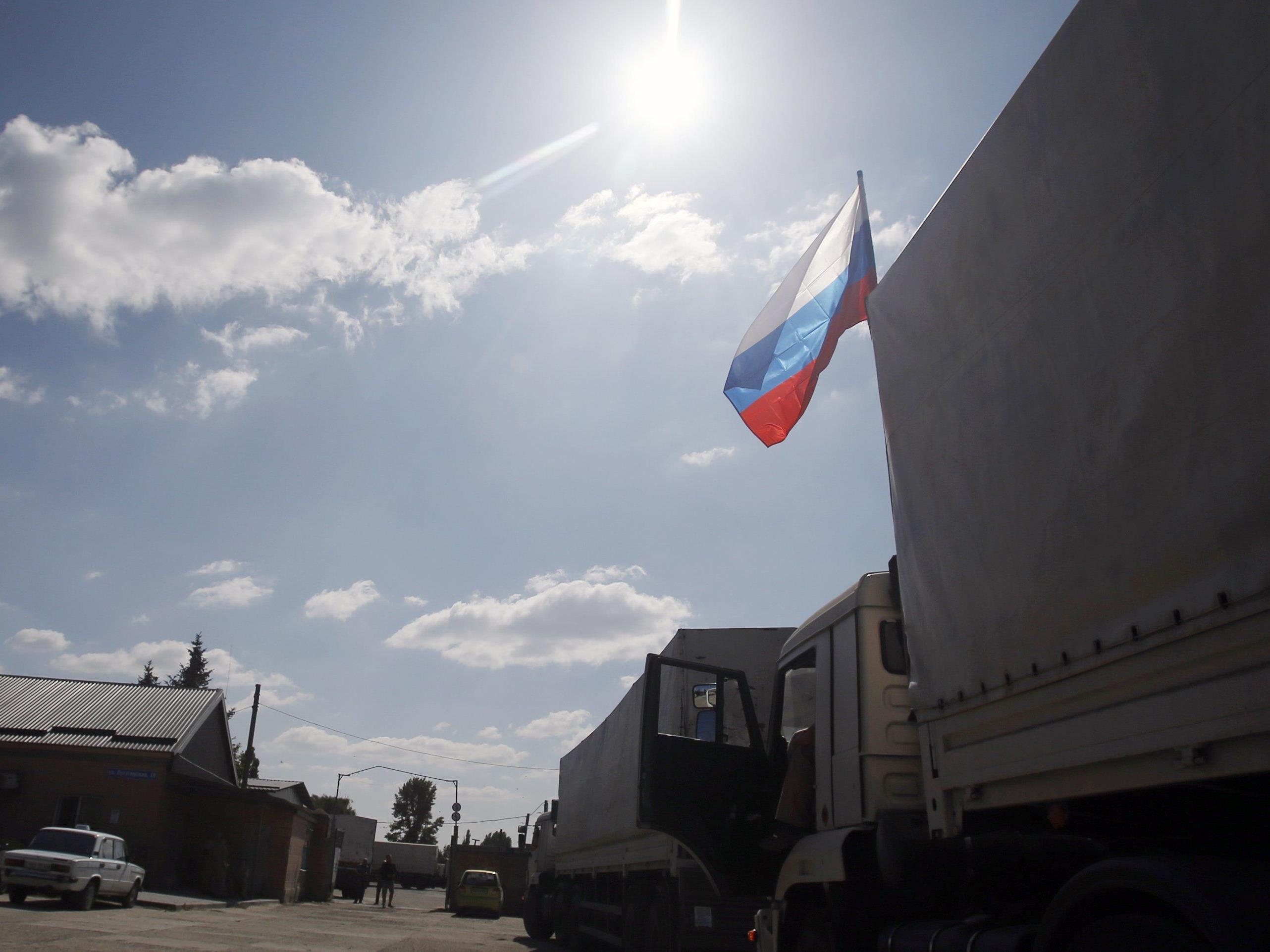 """Die erste Gruppe von 40 Lastkraftwagen sei """"schnell"""" von den russischen Grenzschutz- und Zolldiensten überprüft worden, so die OSZE."""