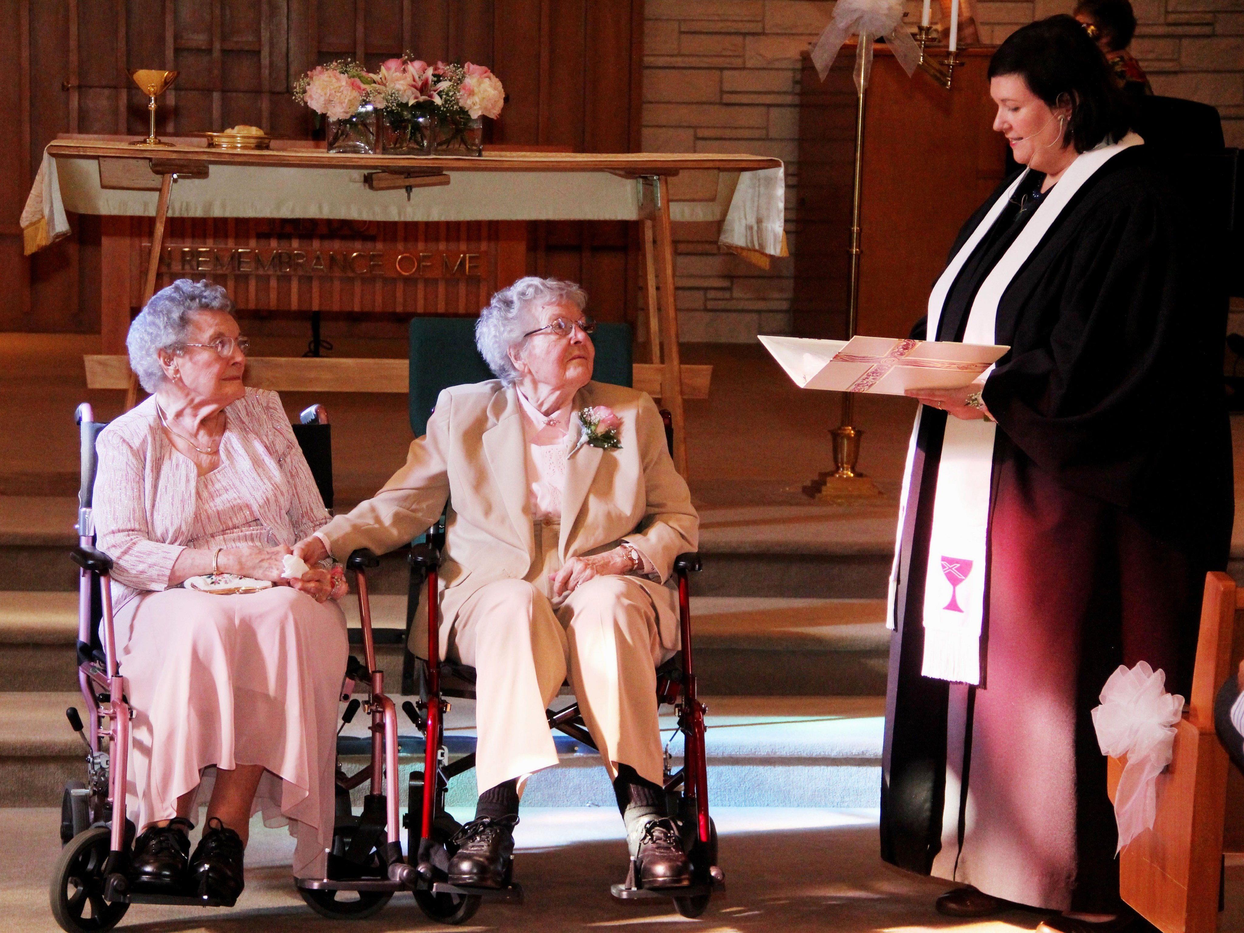 """Vivian Boyack (links) und Alice """"Nonie"""" Dubes (Mitte) geben sich nach 72 Jahren Beziehung das Ja-Wort"""