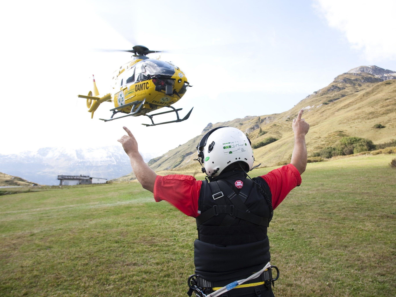 Nicht immer ist schon die Bergrettung vor Ort, die den Helikopter mittels Funkkontakt einweisen kann