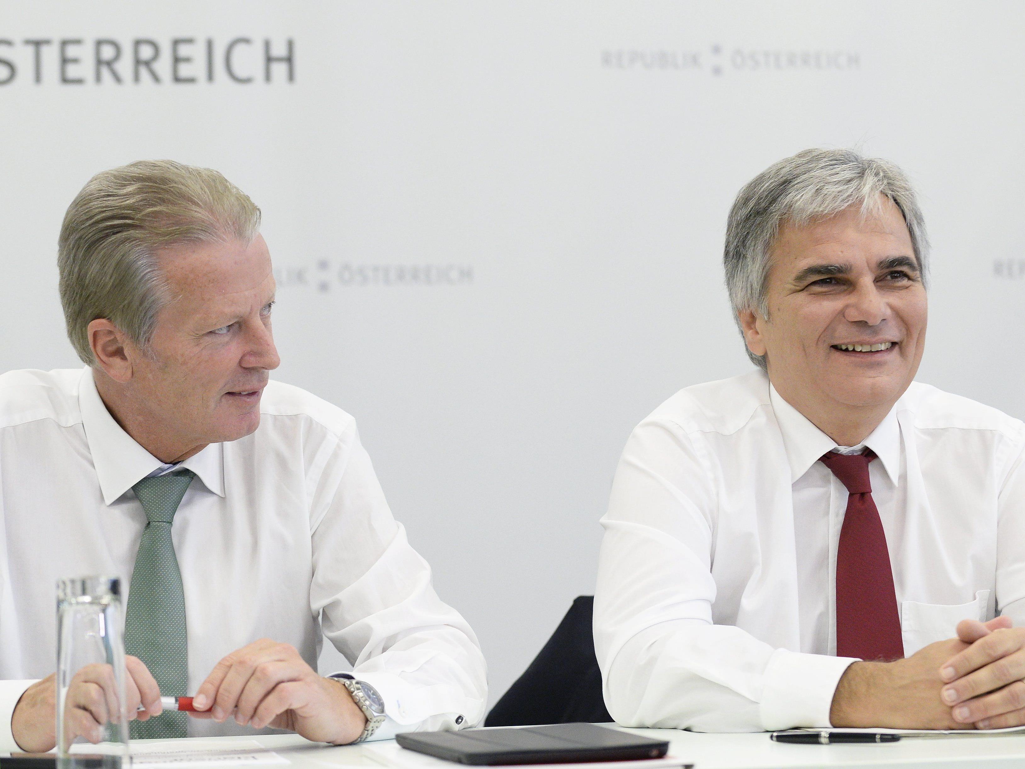 Vizekanzler Reinhold Mitterlehner (L.) und Bundeskanzler Werner Faymann vor Beginn einer Sitzung im Rahmen der Regierungsklausur am Samstag