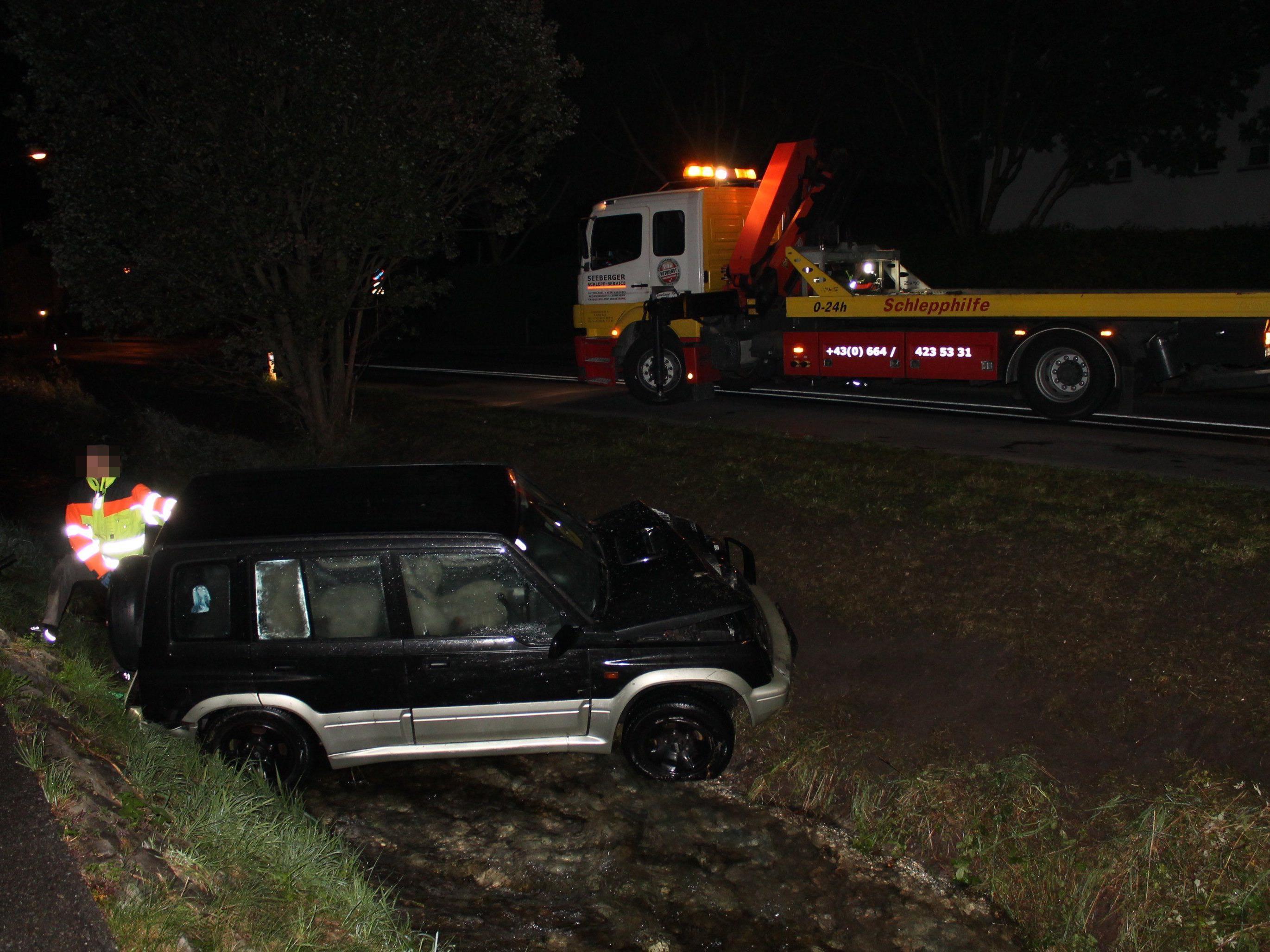 Autolenker landet im Schwarzbach