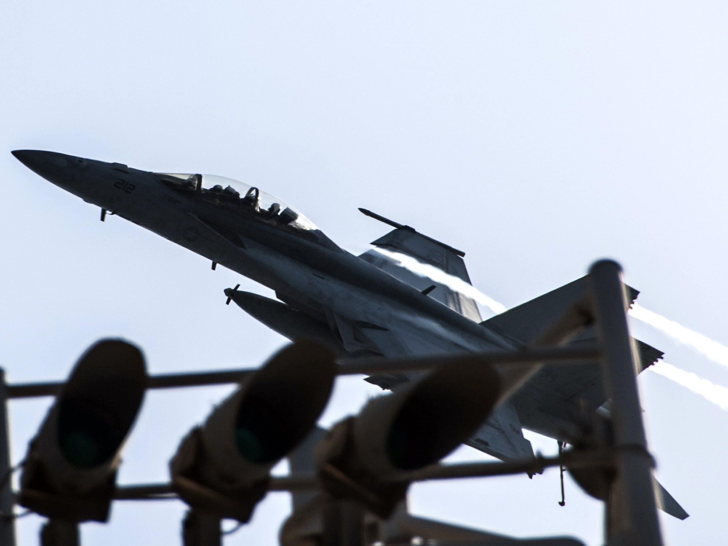 Die USA setzen zusammen mit fünf arabischen Partnern die Angriffe auf den IS in Syrien fort.