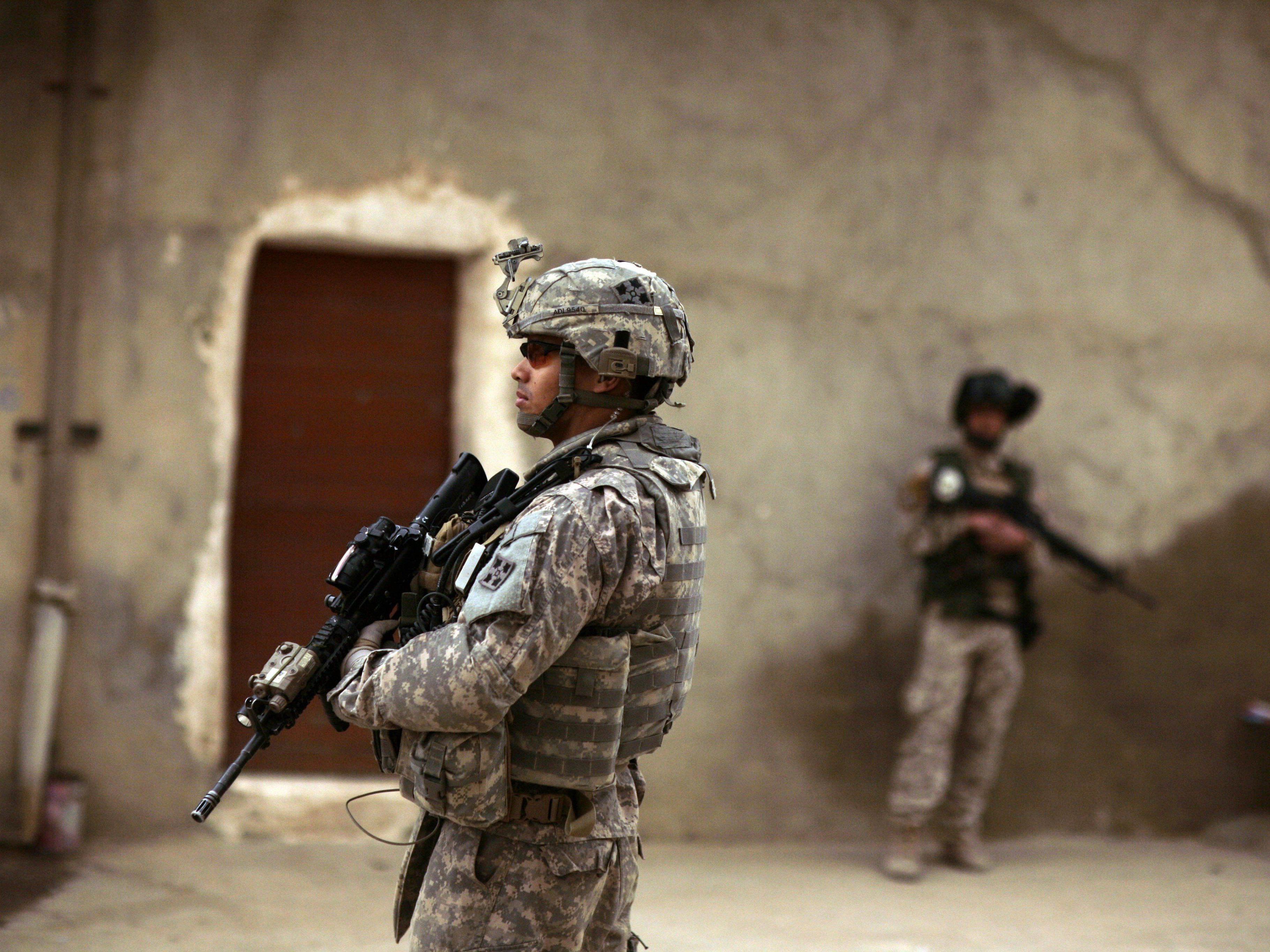 IS warnt USA vor Irak-Einsatz. Im Bild: Ein US-Soldat und ein irakischer Soldat im Einsatz (Archiv 2009).