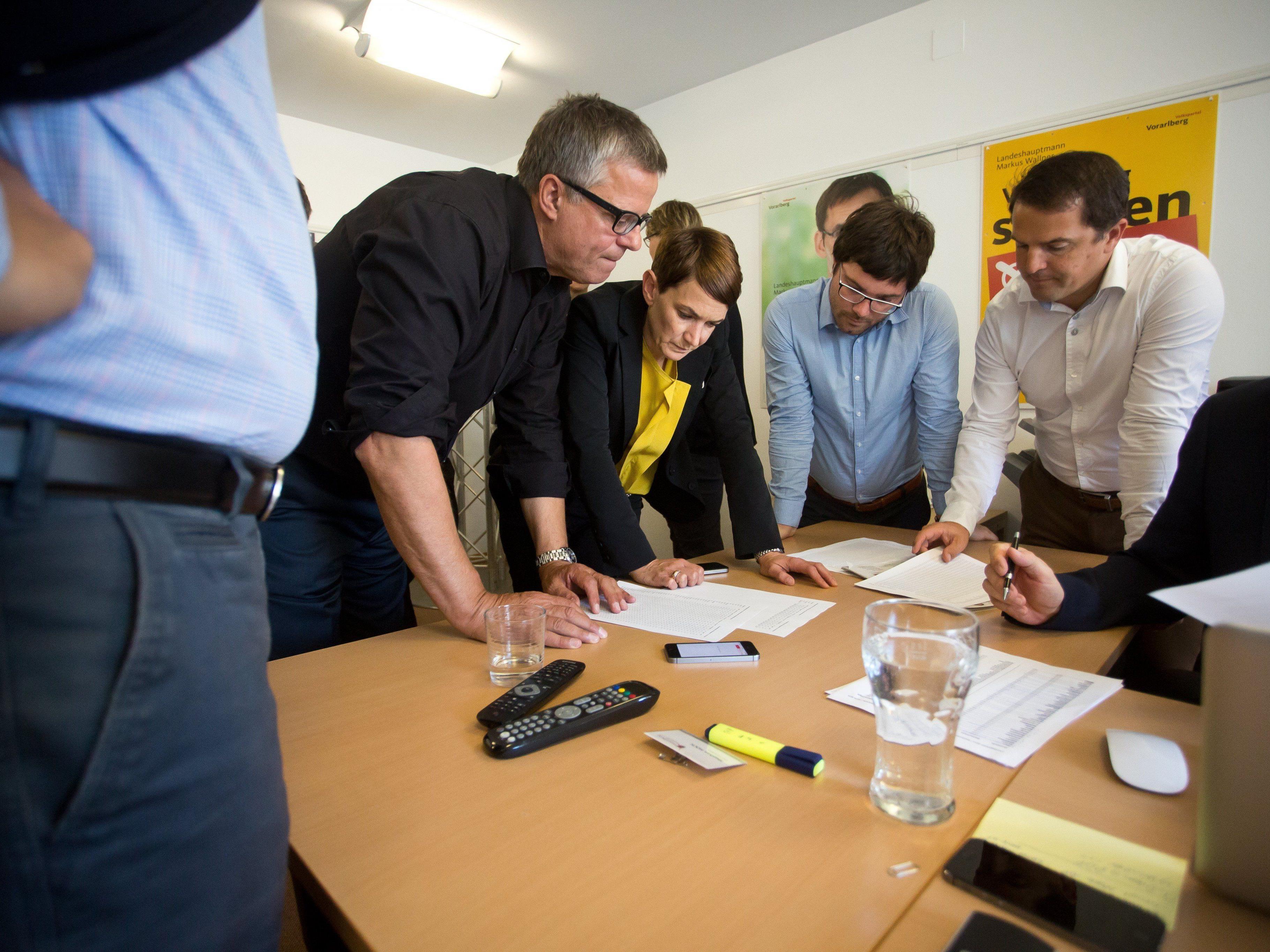 Im ÖVP-Klub studiert man die ersten Zahlen - die Absolute ist weg.