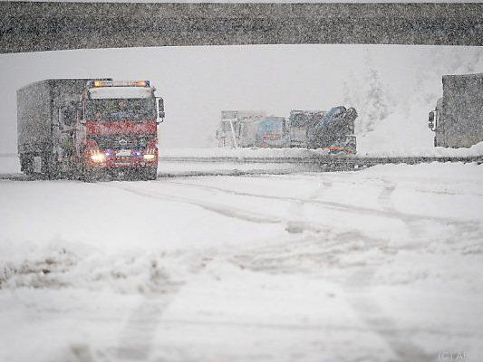 Starker Schneefall auf der A10