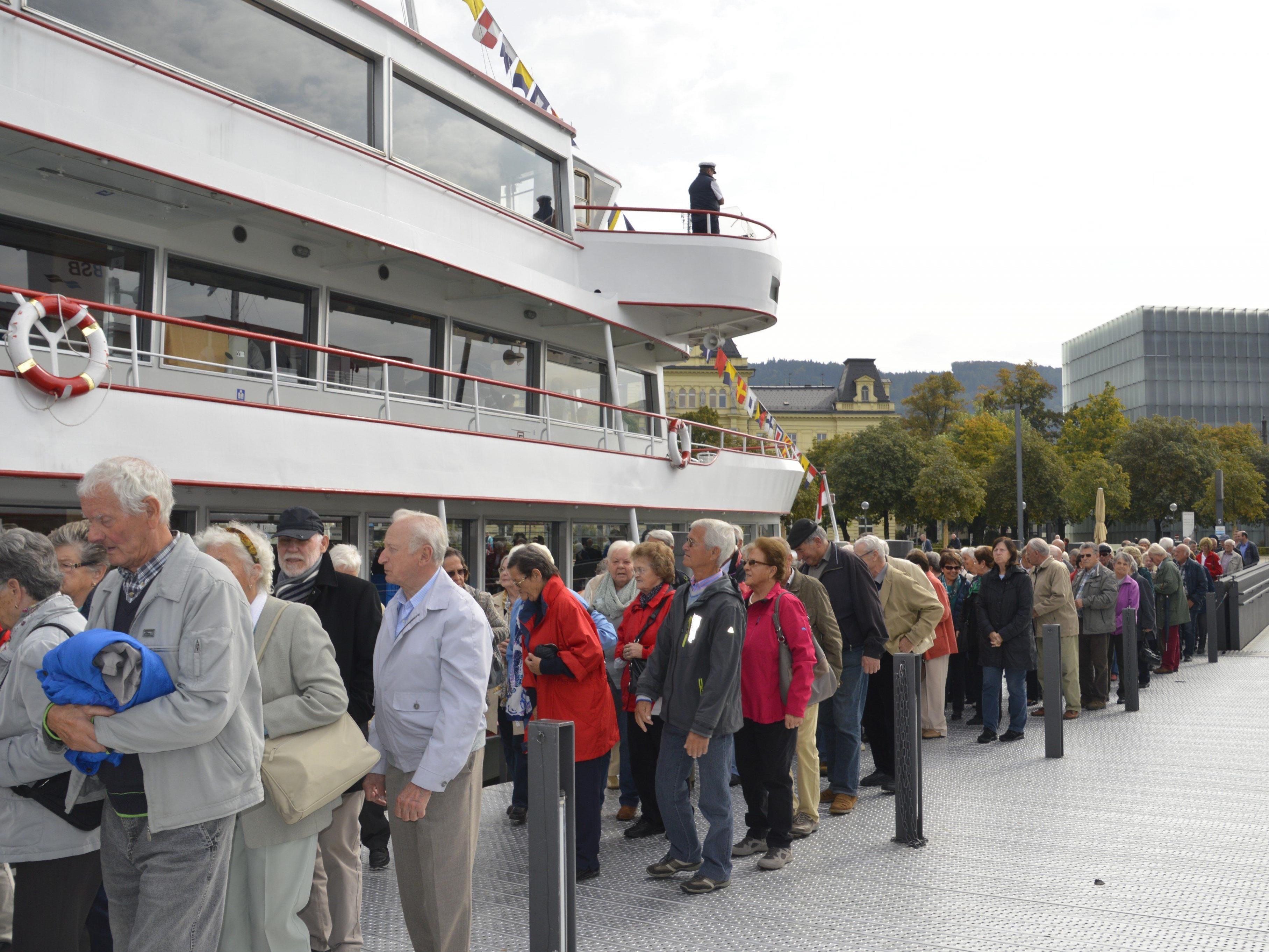 Rankweiler Senioren beim Betreten der MS Vorarlberg in Bregenz.