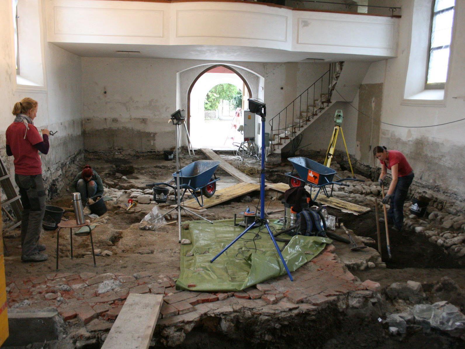 Beim Tag der offenen Grabung am Dienstag, 28. Oktober, ab 17.00 Uhr präsentieren Archäologen im Vinomnasaal die Ergebnisse der Grabungen in der St. Peter-Kirche.